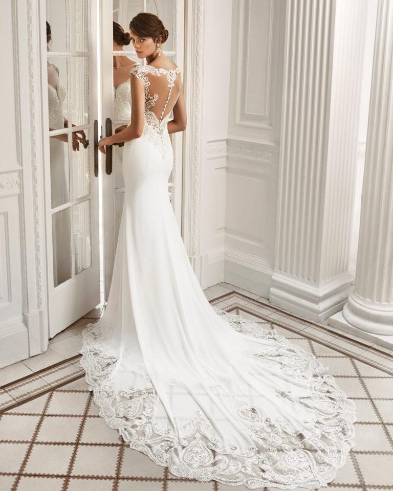 Vestido de novia corte sirena en georgette y encaje, de escote deep-plunge con espalda escotada.