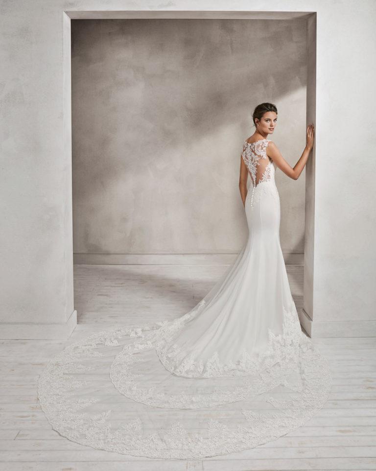 Vestido de novia corte sirena en crepe y encaje, con escote corazón y espalda de encaje.
