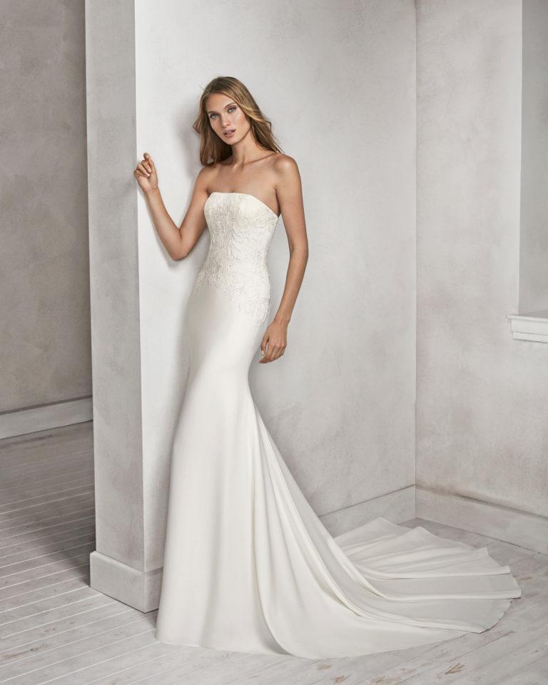 Vestido de novia corte sirena en crepe, encaje y pedreria, con escote palabra de honor.