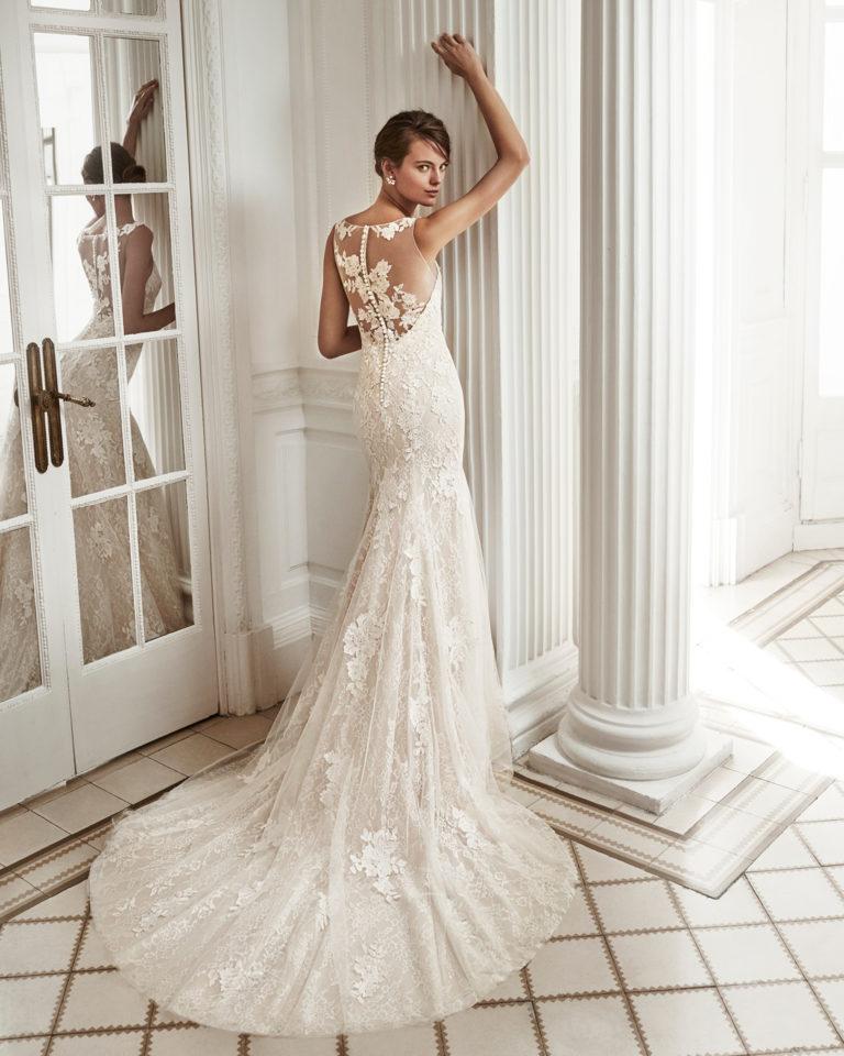 Vestido de novia corte sirena en encaje y pedreri,a con escote corazón y espalda con efecto tattoo en color nude y natural..
