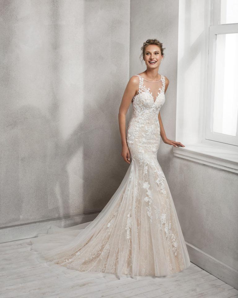 Vestido de novia corte sirena en encaje con escote ilusión. Espalda escotada en color nude y en natural.