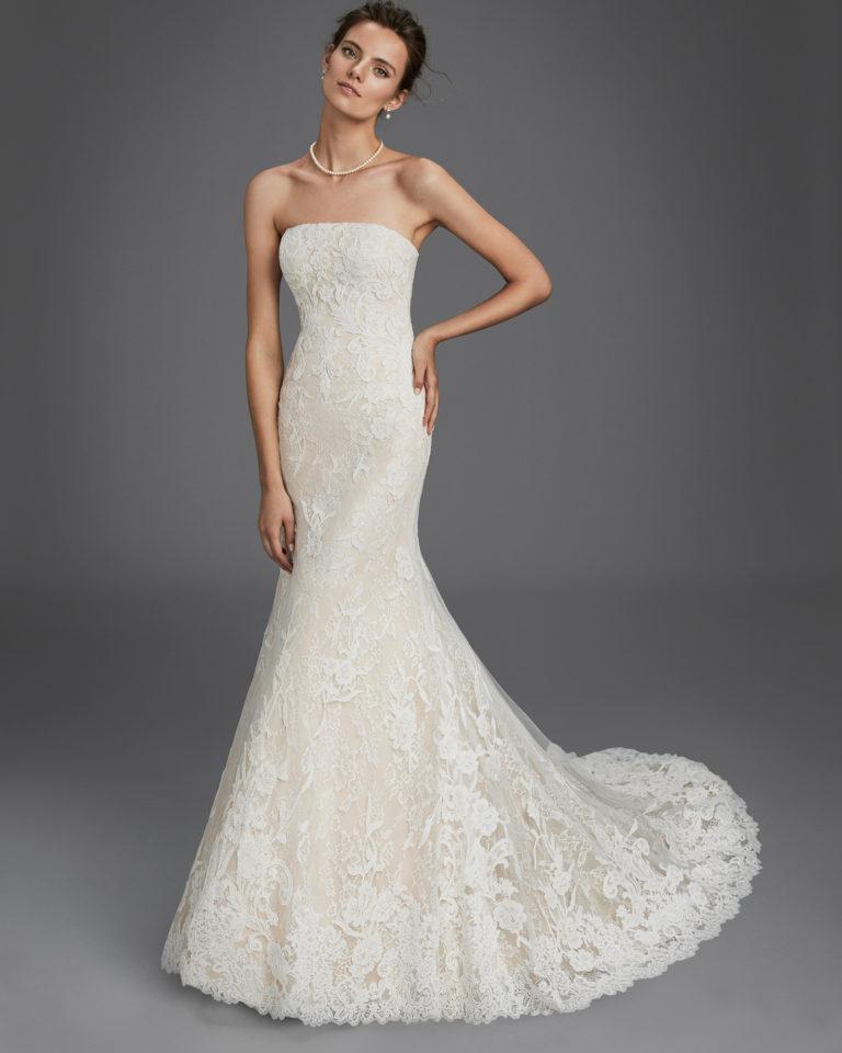 Vestido de novia corte sirena en encaje con escote palabra de honor, en color nude y en natural.