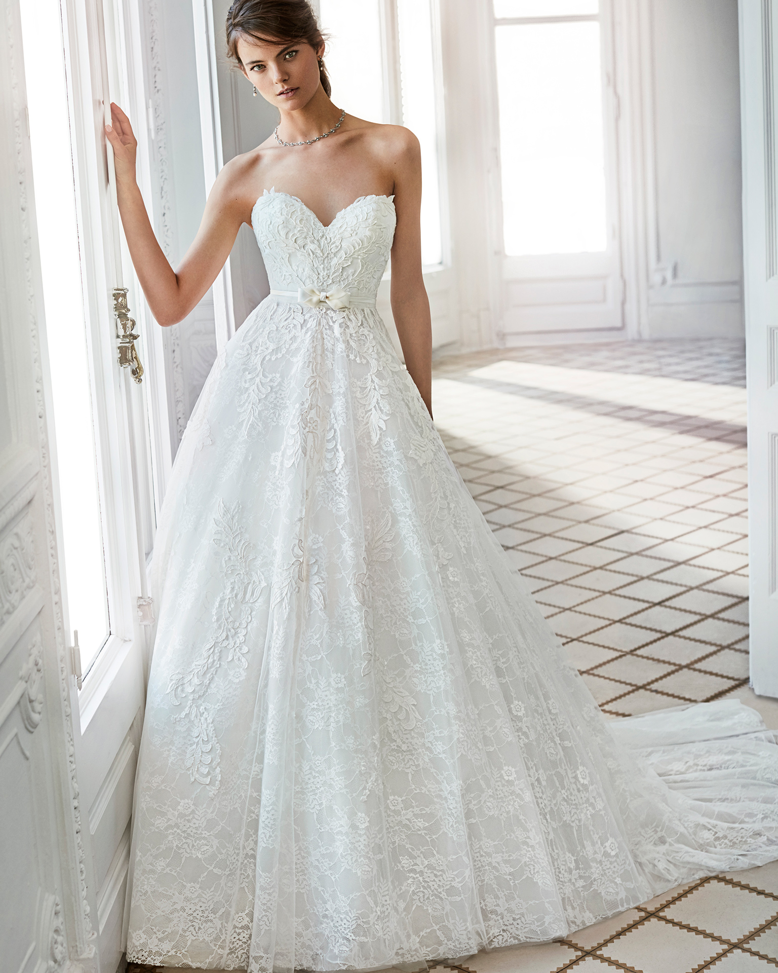 A-line lace wedding dress with sweetheart neckline.