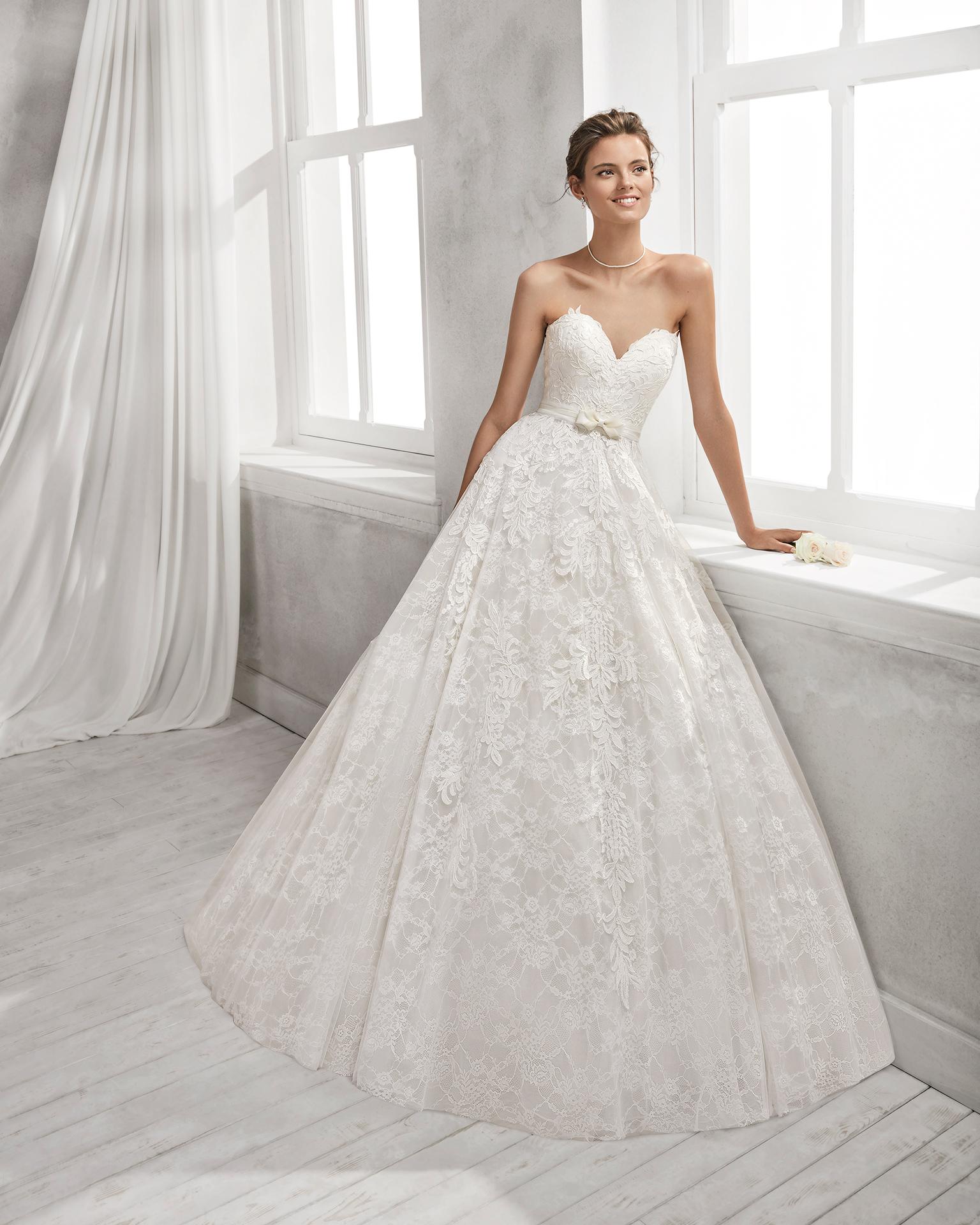 Vestido de novia estilo línea A en encaje con escote corazón.