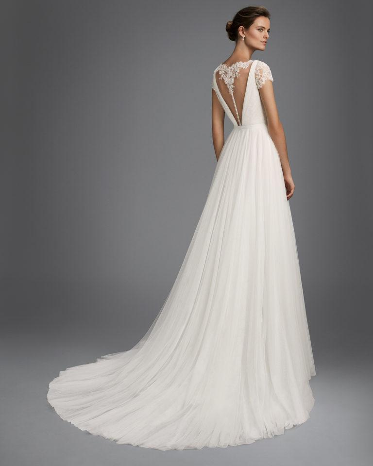 Vestido de novia corte recto en tul, encaje y pedreria,con manga corta con escote V y espalda escotada.