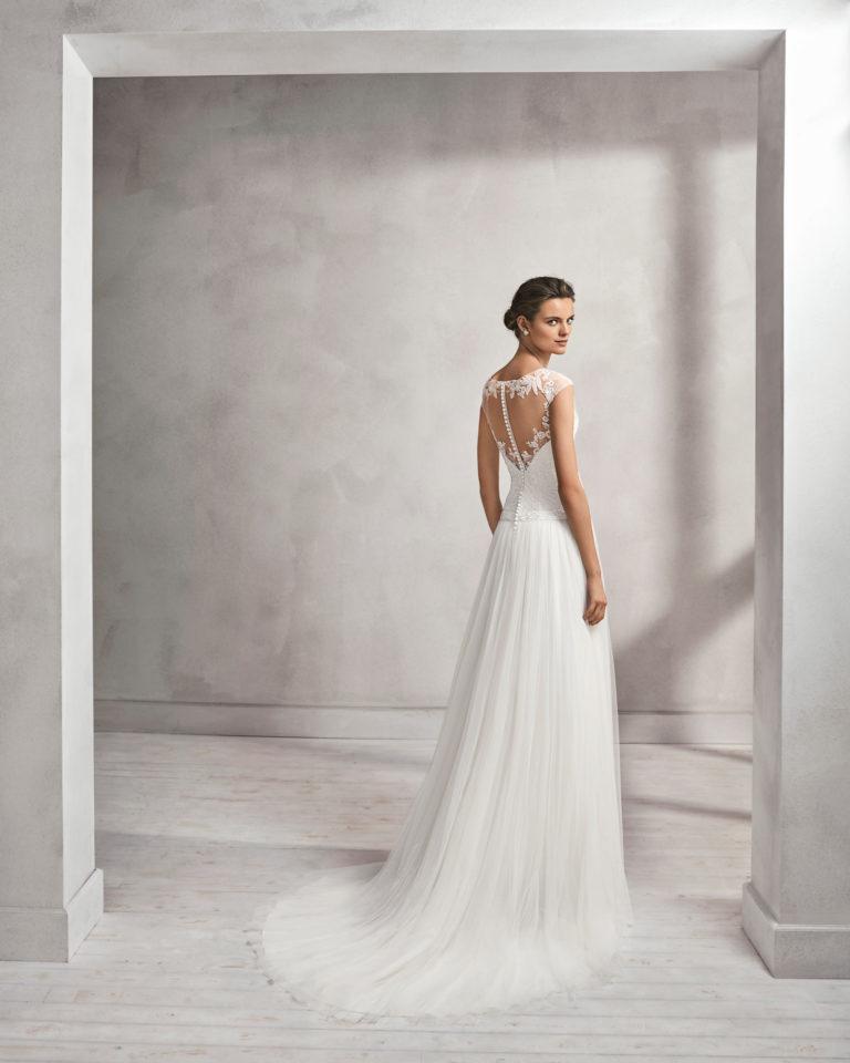 Vestido de novia corte recto en tul, encaje y pedreria, con escote ilusión.