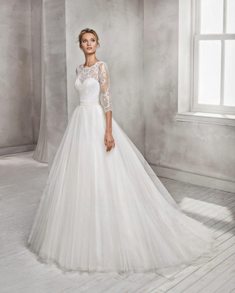 Vestido de novia estilo princesa en tul, encaje y pedreria,de manga francesa con escote ilusión.