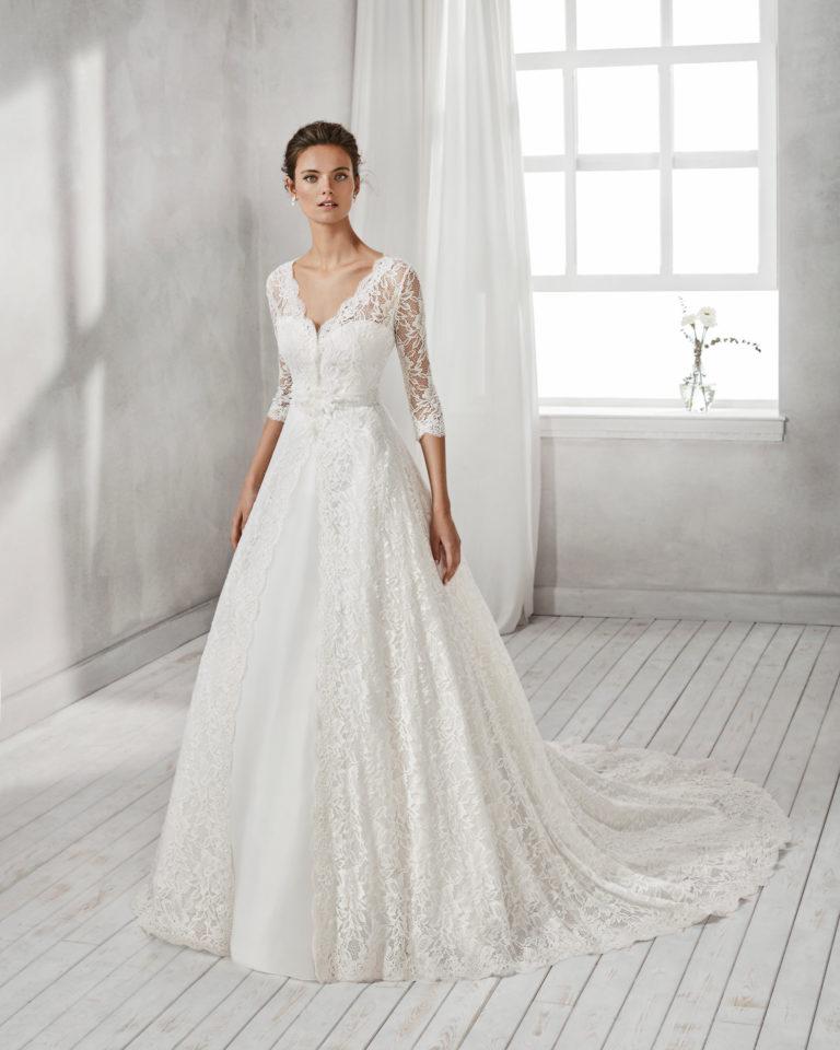 Vestido de novia corte sirena en organza, con escote corazón y abrigo de encaje y pedrería.