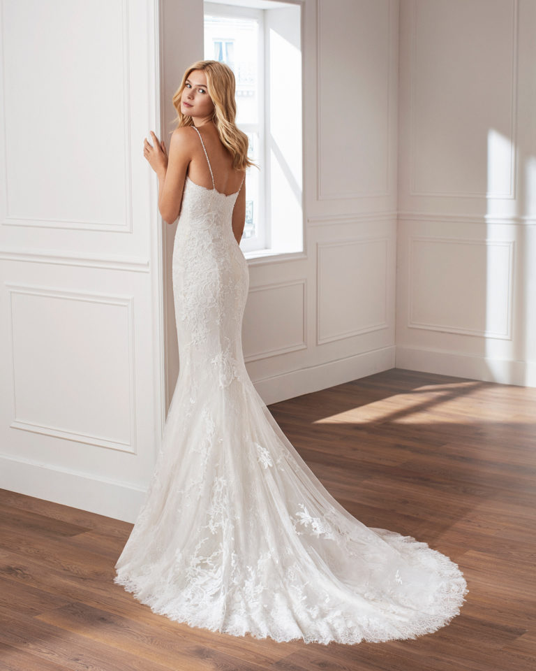 Mermaid-style lace wedding dress. Sweetheart neckline, beaded straps and appliquéd skirt Available in natural. 2019  Collection.