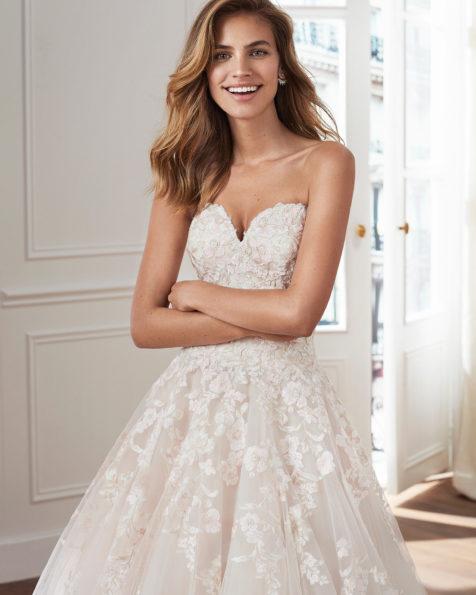 7b6903cb21 Vestido de novia estilo princesa en tul y encaje. Escote semicorazón y  aplicaciones de encaje