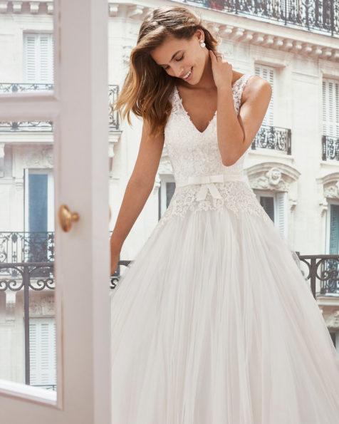 064dd537d0 Vestido de novia estilo princesa en tul. Escote en V y cuerpo de encaje  pedrería