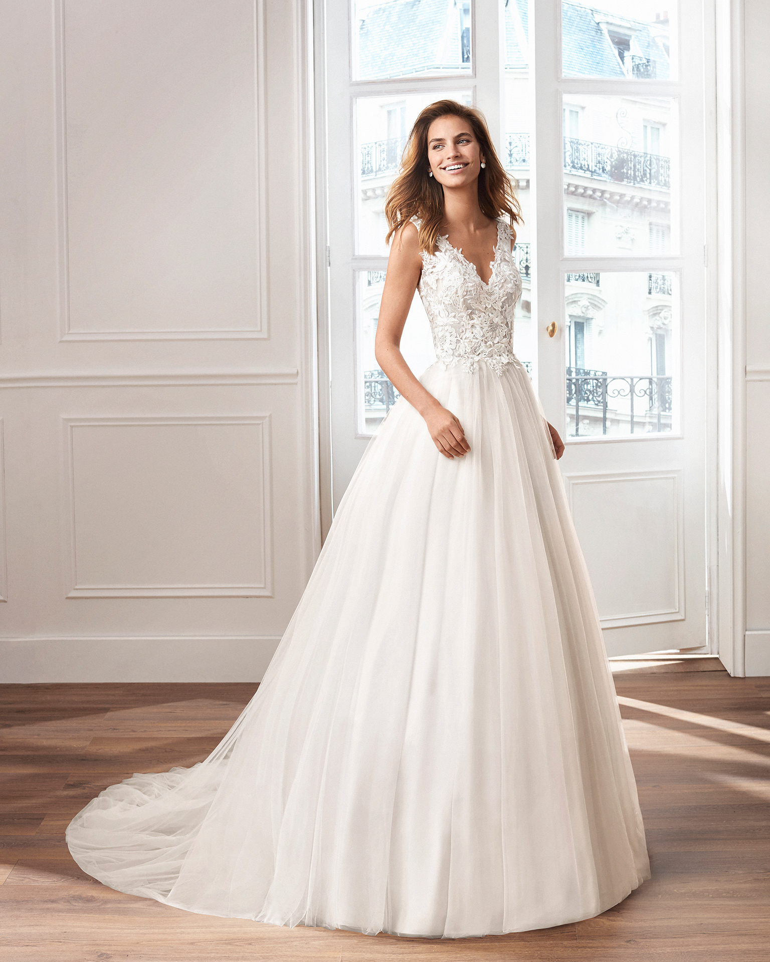 Tulle princess-style wedding dress. V-neckline and lace bodice with open back. Available in pink and natural. 2019  Collection.