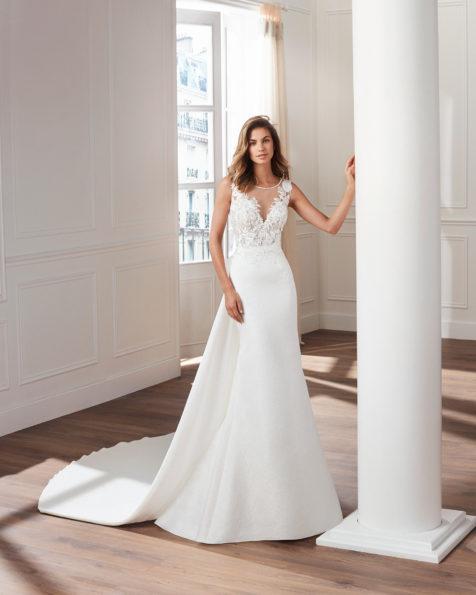 4adf09b88 Vestido de novia estilo clásico en brocado. Escote ilusión con  pedrería