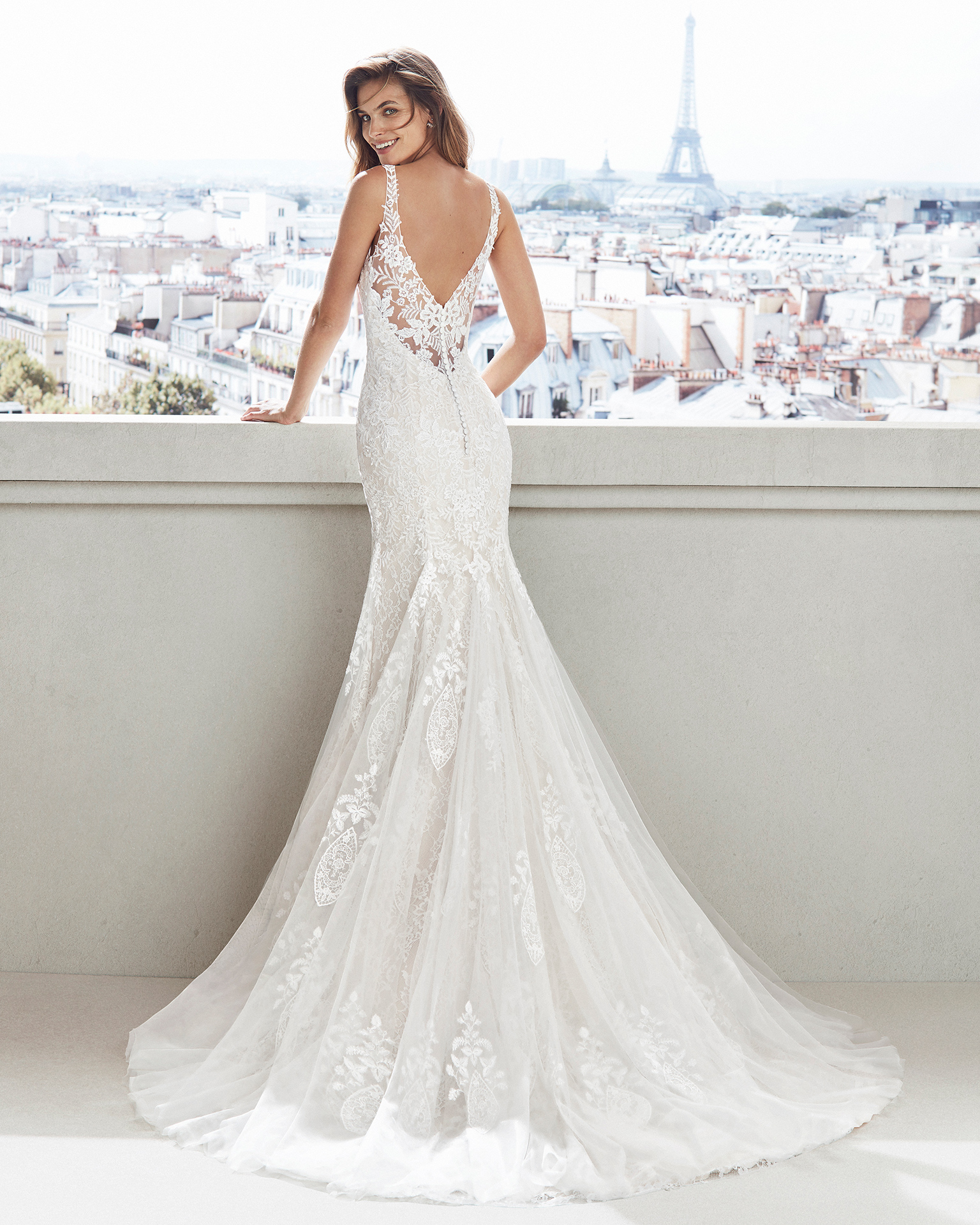 Mermaid-style lace wedding dress. V-neckline and appliquéd skirt. Available in natural and natural/champagne. 2019  Collection.