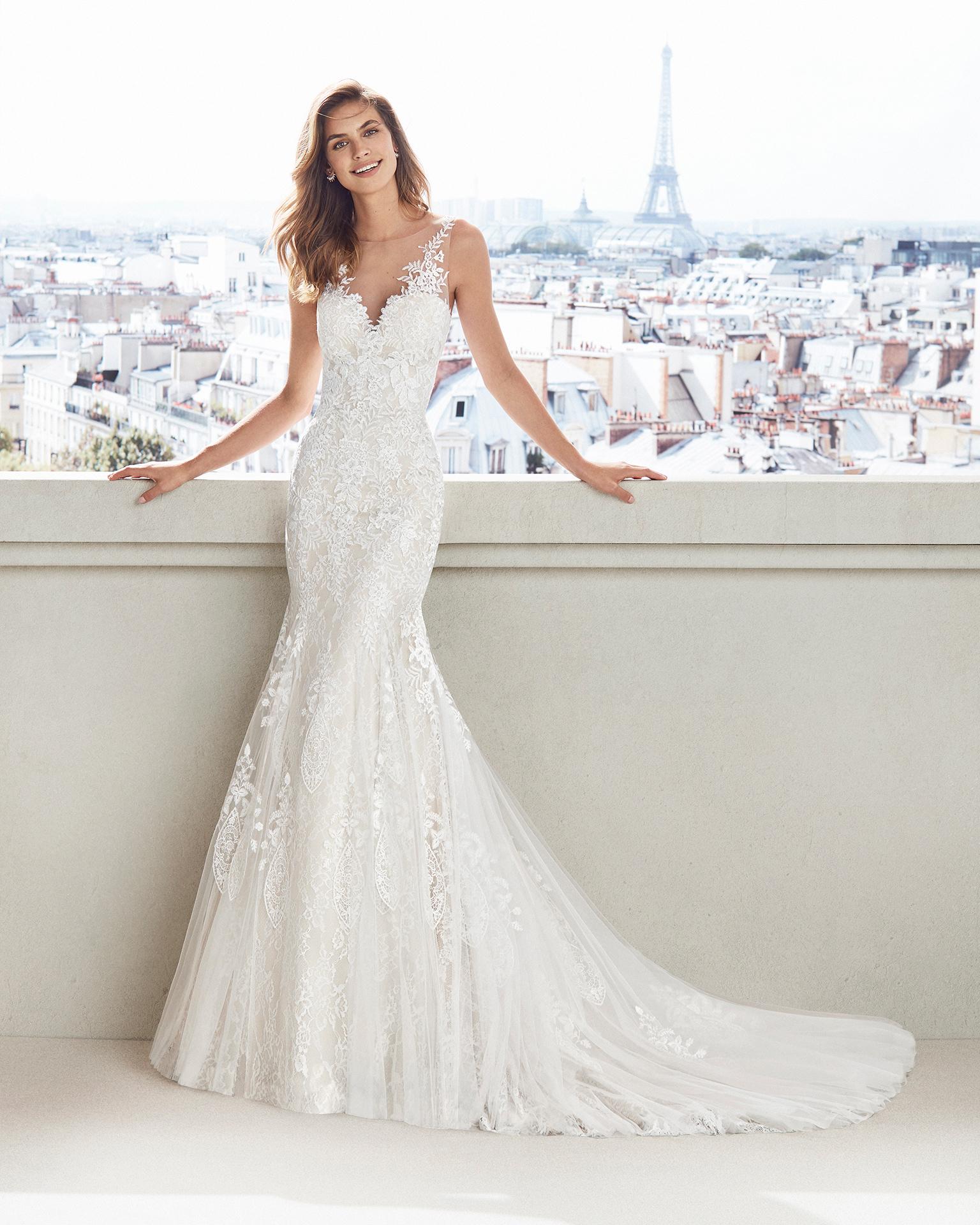 Vestido de novia corte sirena de encaje. Escote V y falda de aplicaciones. Disponible en color natural y natural/champagne. Colección  2019.