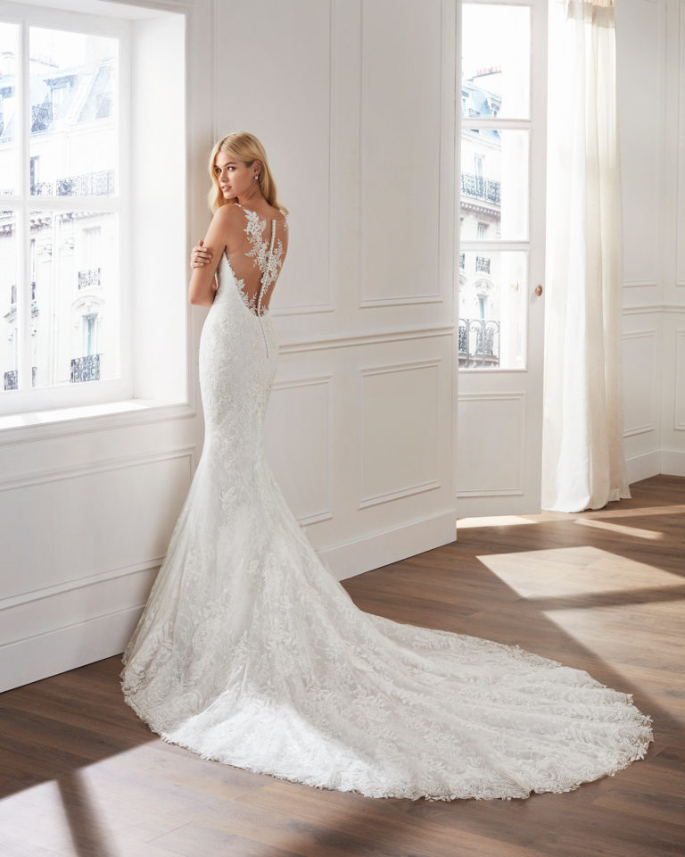Mermaid-style lace wedding dress. Sweetheart neckline and appliquéd skirt. Available in natural. 2019  Collection.