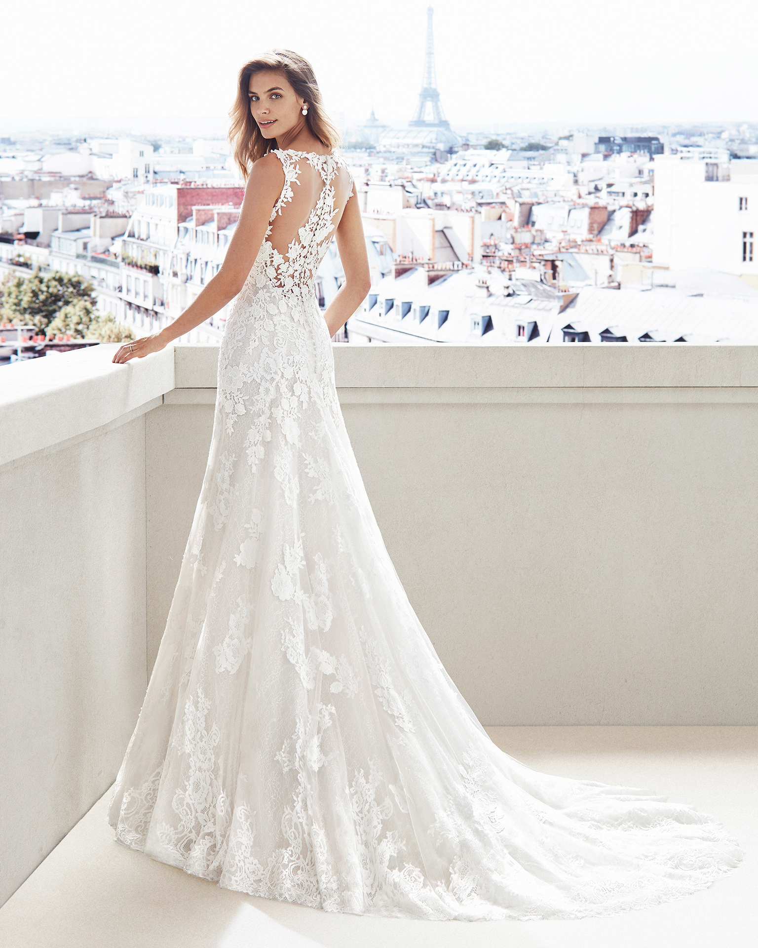 Vestido de novia corte recto en encaje. Escote en V y aplicaciones en espalda y falda. Disponible en color natural/nude y natural. Colección  2019.
