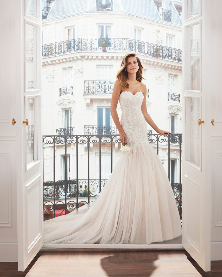 Lace and tulle mermaid-style wedding dress. Sweetheart neckline, embroidered lace bodice and mermaid-style skirt in soft tulle.  Available in natural and natural/nude. 2019  Collection.