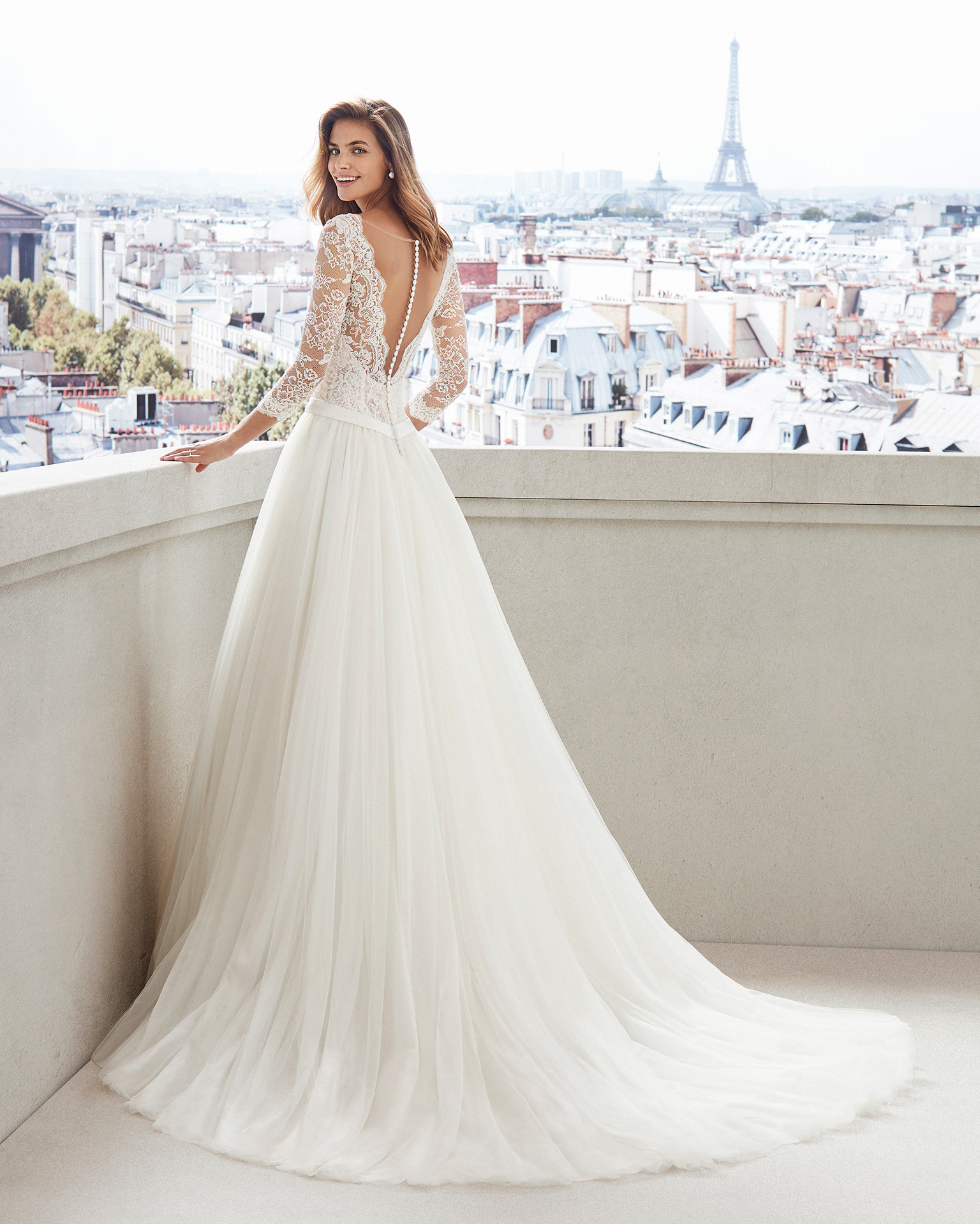Vestido de novia estilo princesa en tul. Escote en V, manga larga y cuerpo de encaje pedrería . Disponible en color natural y en marfil. Colección  2019.