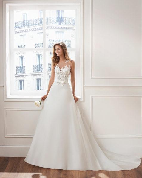7c0afc6f1a Vestido de novia estilo clásico línea A en organza. Escote ilusión y cuerpo  de encaje
