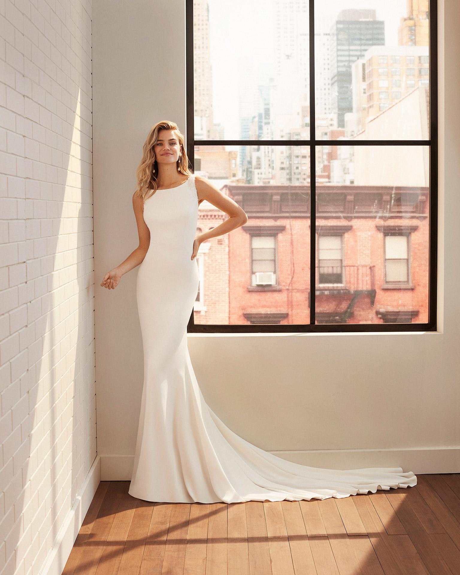 Vestido de novia corte sirena de crep elástico y pedrería con escote barco y espalda cuadrada. Colección  2020.