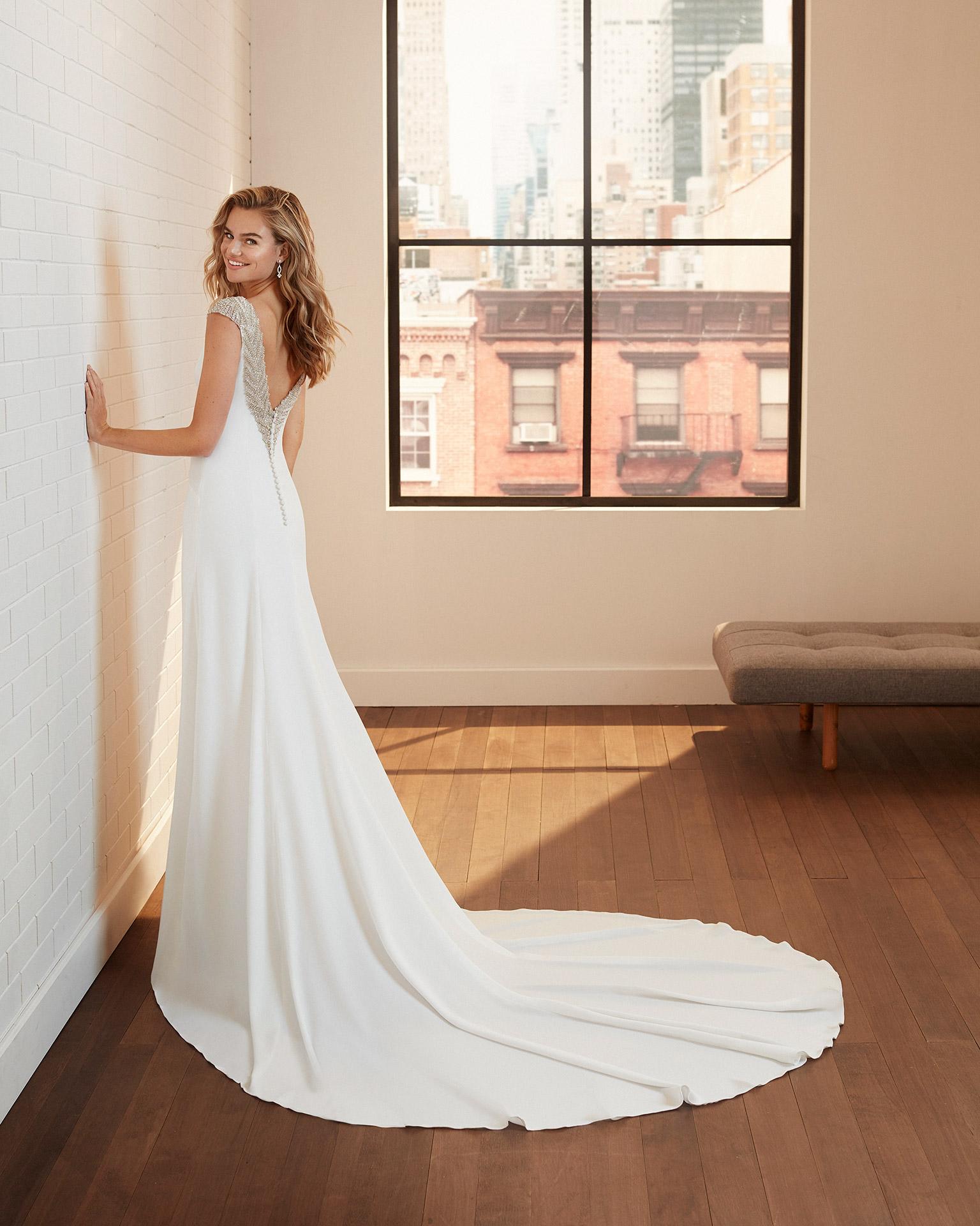 Vestido de novia corte recto de crep elástico con espalda escotada de pedrería. Colección  2020.