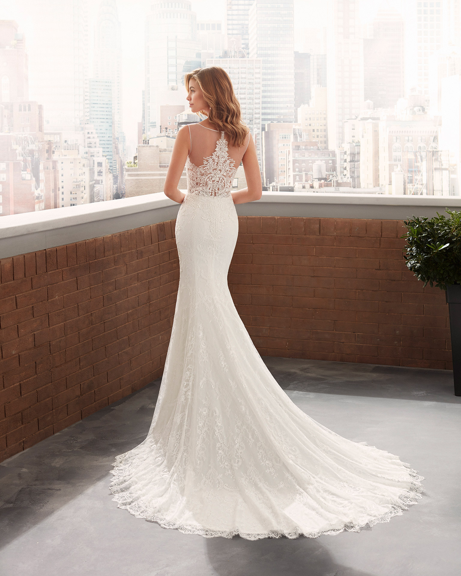 Vestido de novia corte sirena de crep elástico y forro moldeador de encaje con escote y sisa de pedrería, escote deep-plunge y espalda ilusión. Colección  2020.