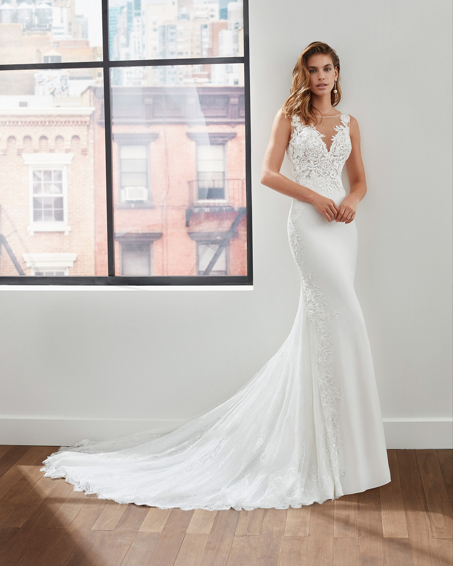 Mermaid-style wedding dress in stretch crepe with body-shaping lining, beading at the neckline and armholes and deep-plunge neckline. 2020  Collection.