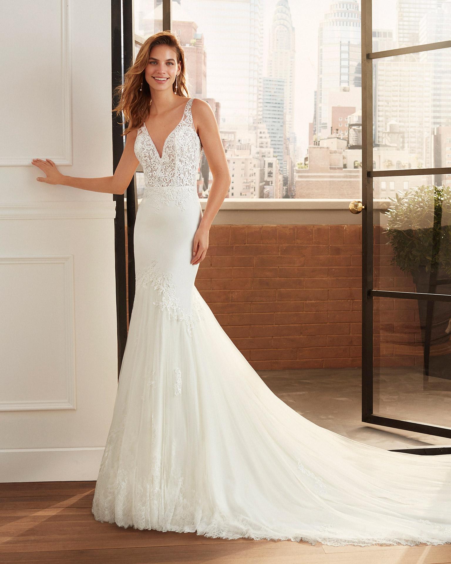 Vestido de novia corte sirena de crep, encaje con pedrería y tul con escote deep-plunge y espalda escotada en pico. Colección  2020.
