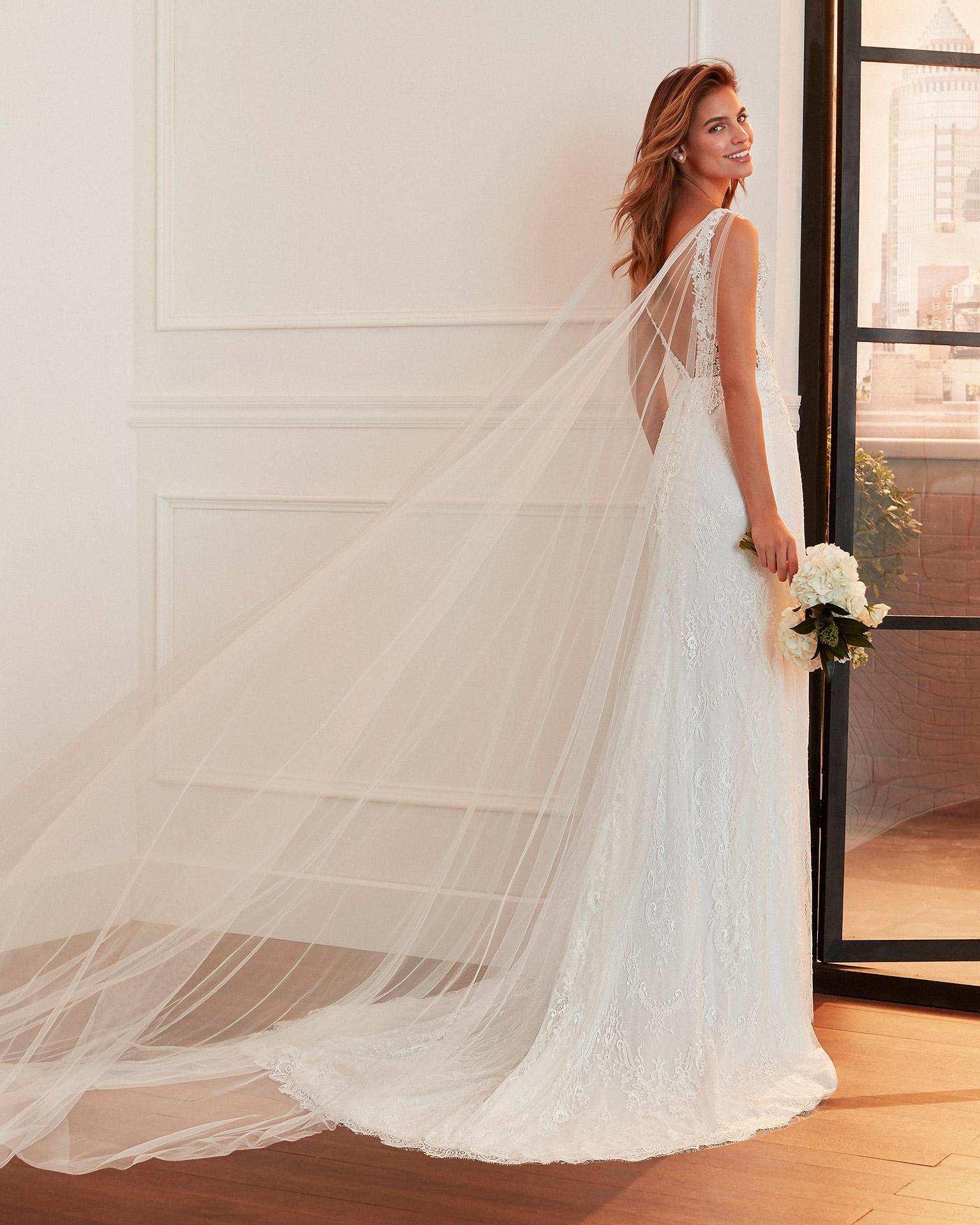 Vestido de novia corte sirena de encaje, tul y pedrería con caídas de tul y espalda escotada en V. Colección  2020.
