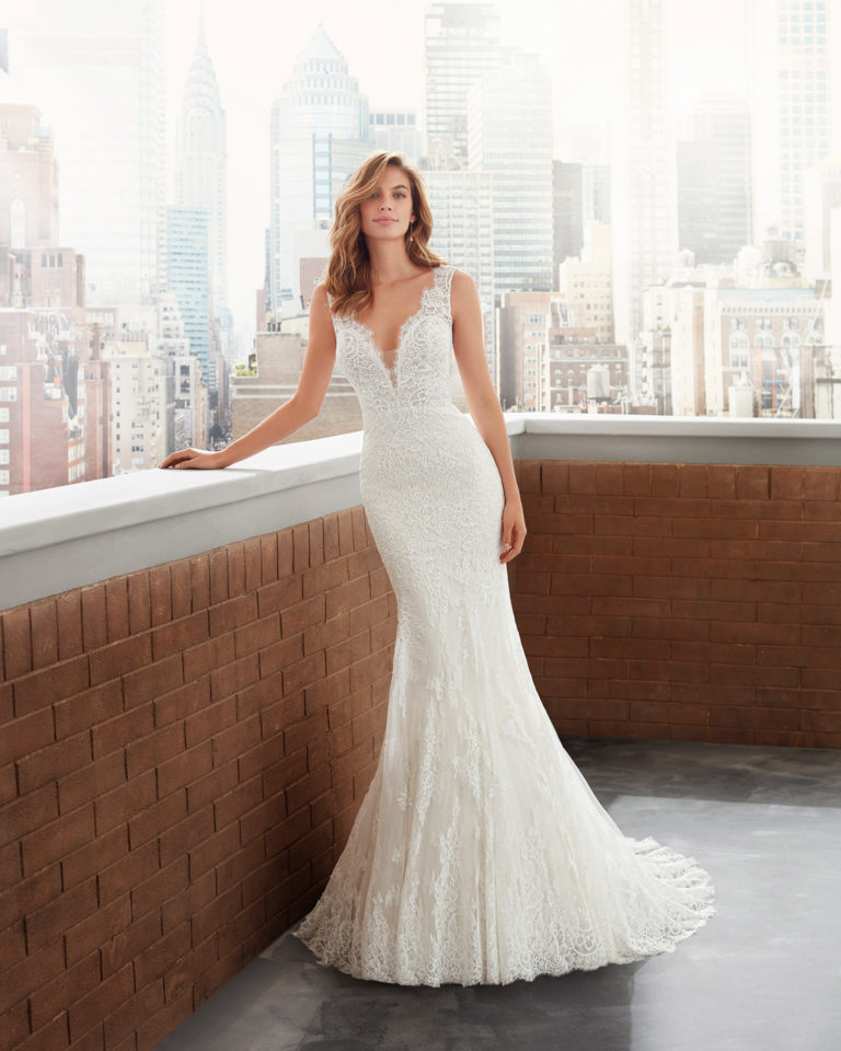 Mermaid-style lace and tulle wedding dress, dee             p-plunge neckline and low back. 2020  Collection.