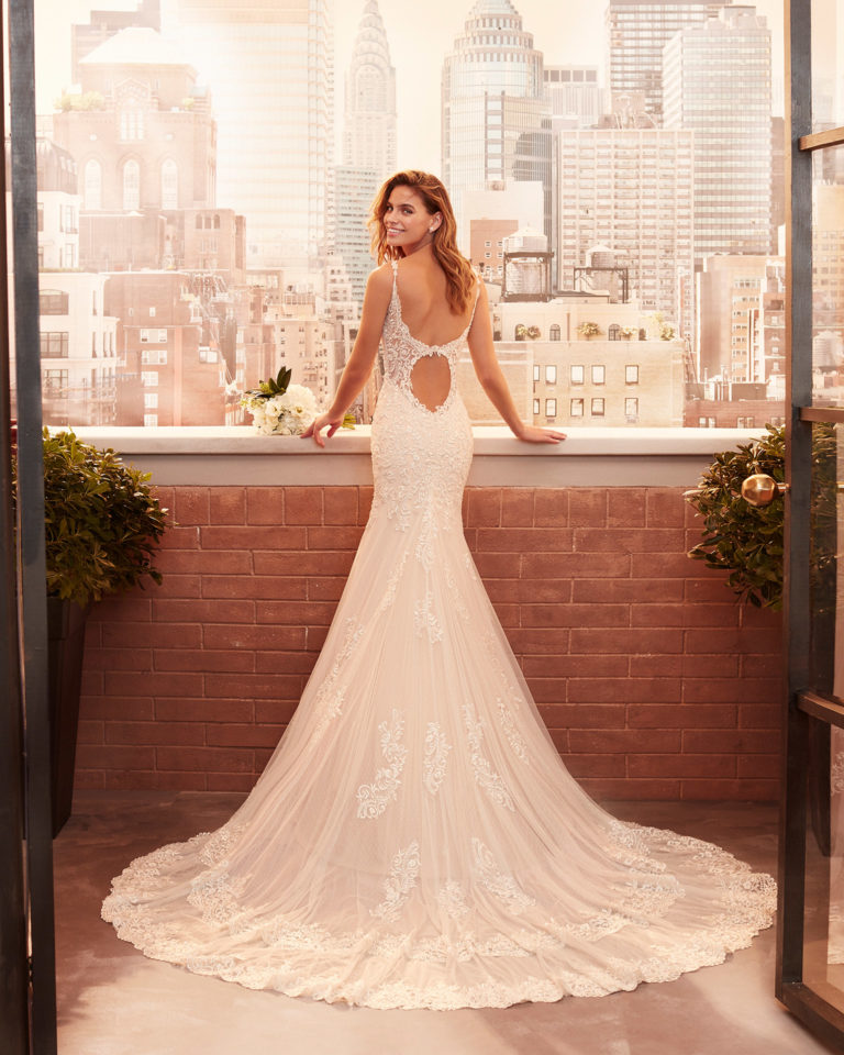 Mermaid-style wedding dress in lace and dot tulle with beading, sweetheart neckline and back with round opening. 2020  Collection.