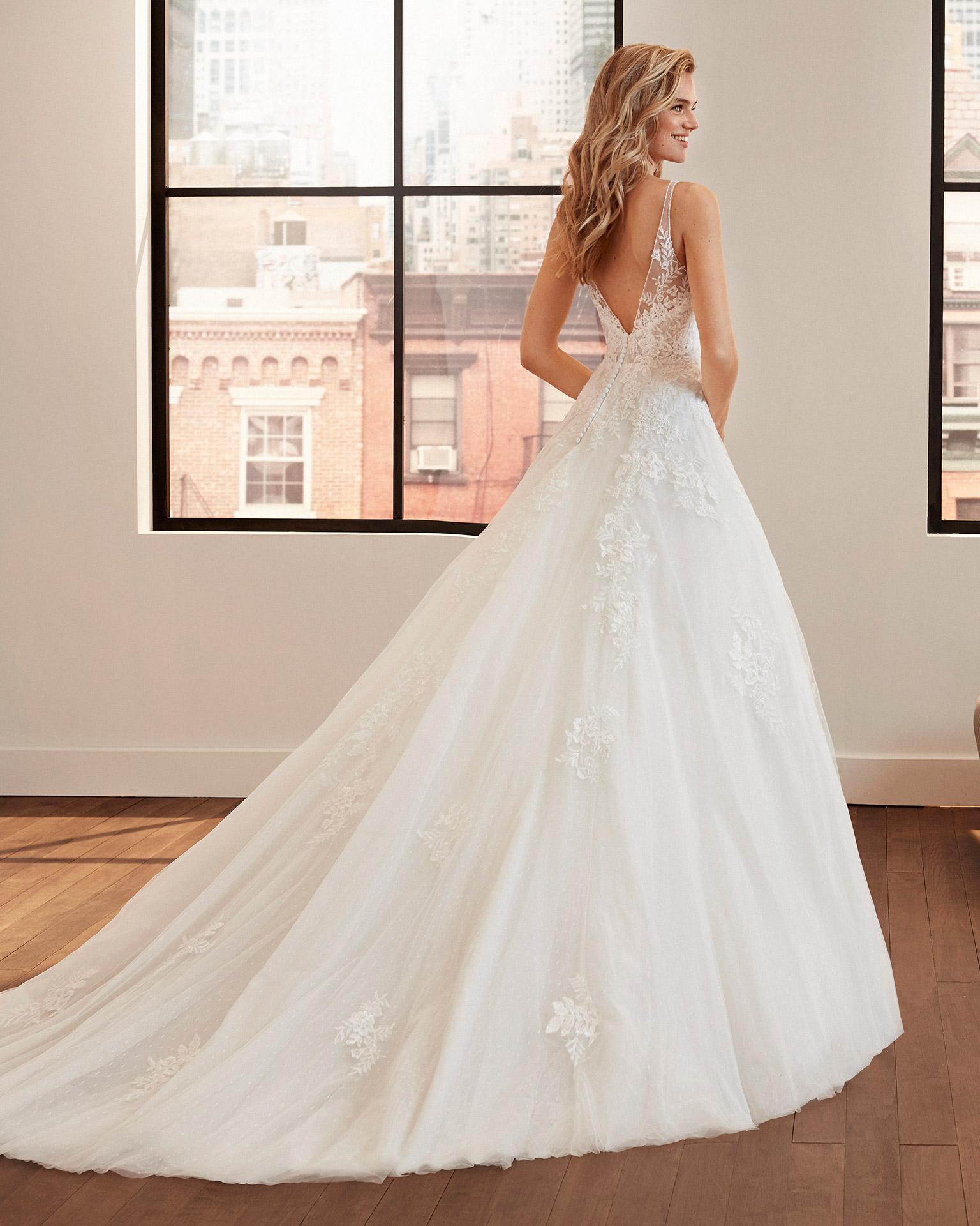 Vestido de novia de estilo romántico de encaje, tul plumeti y pedrería con escote y espalda en V. Colección  2020.