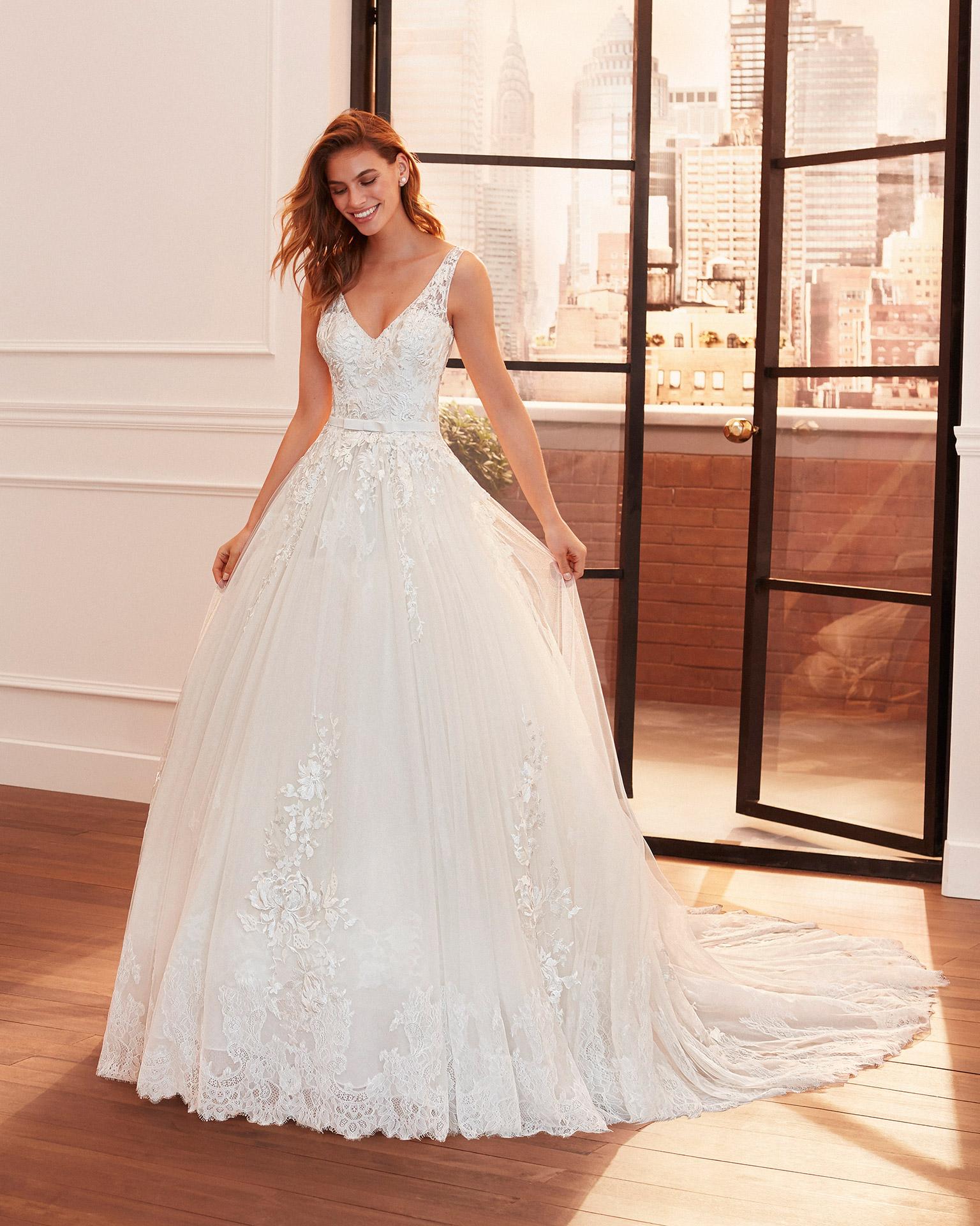 Vestido de novia de estilo princesa de encaje, tul y escote pedrería  y espalda en V. Colección  2020.