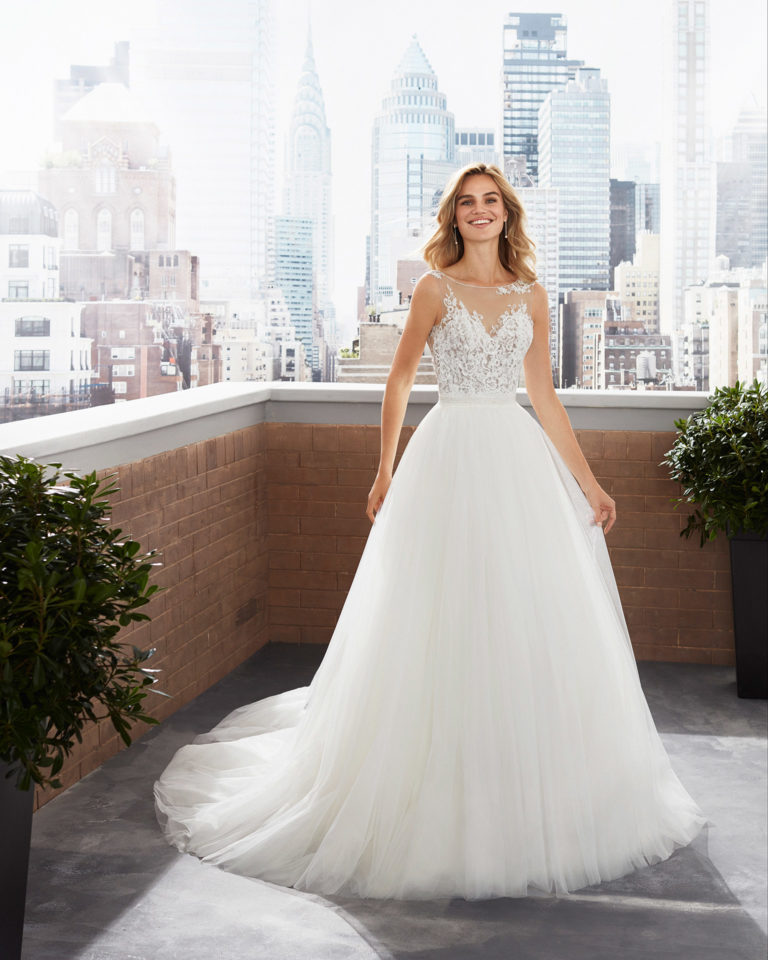 Princess-style wedding dress and overskirt in tulle, crepe and lace with beading at the neckline and waist. 2020  Collection.