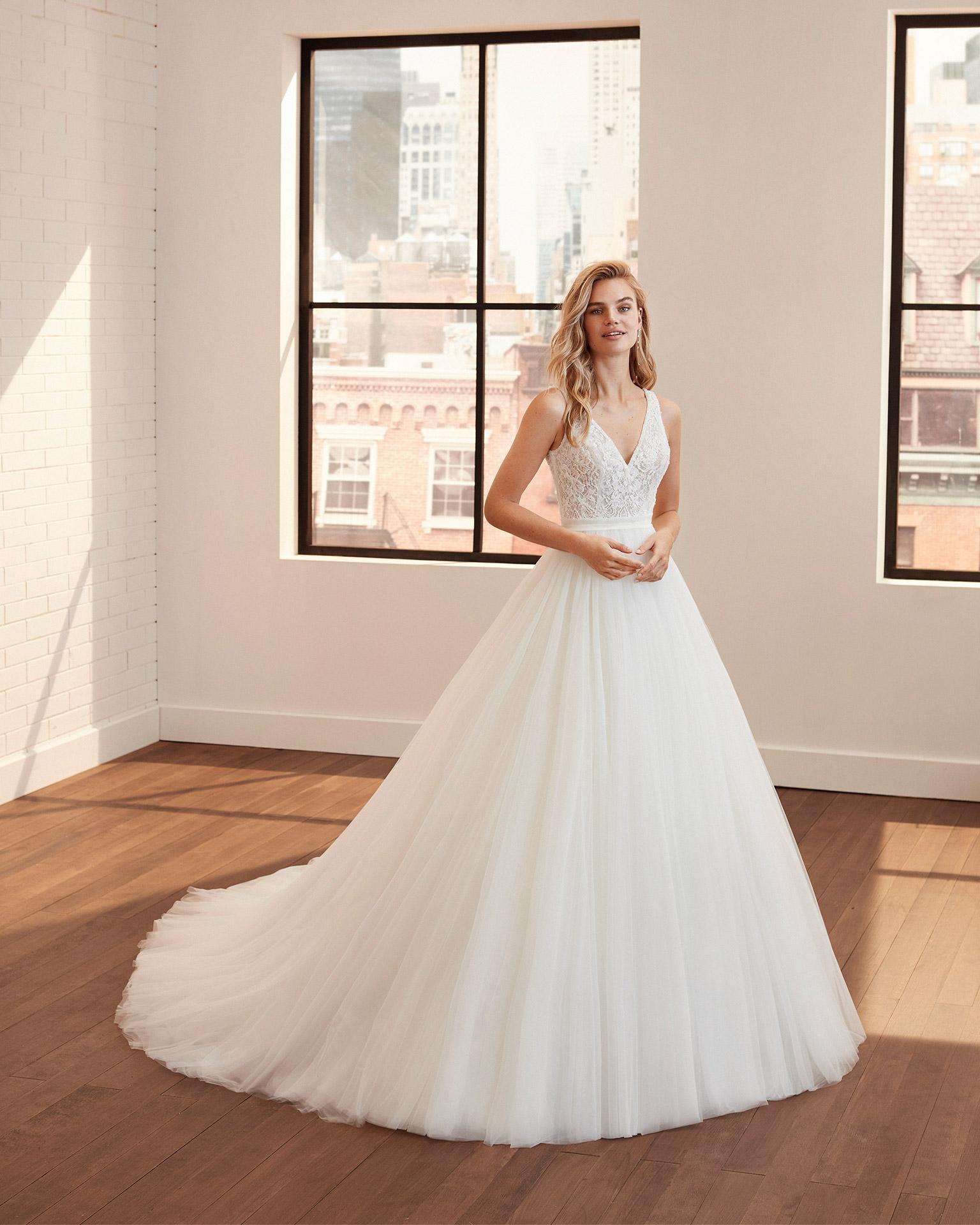 Vestidos de novia de estilo princesa de tul, encaje y pedrería con escote y espalda en V y falda volumen. Colección  2020.