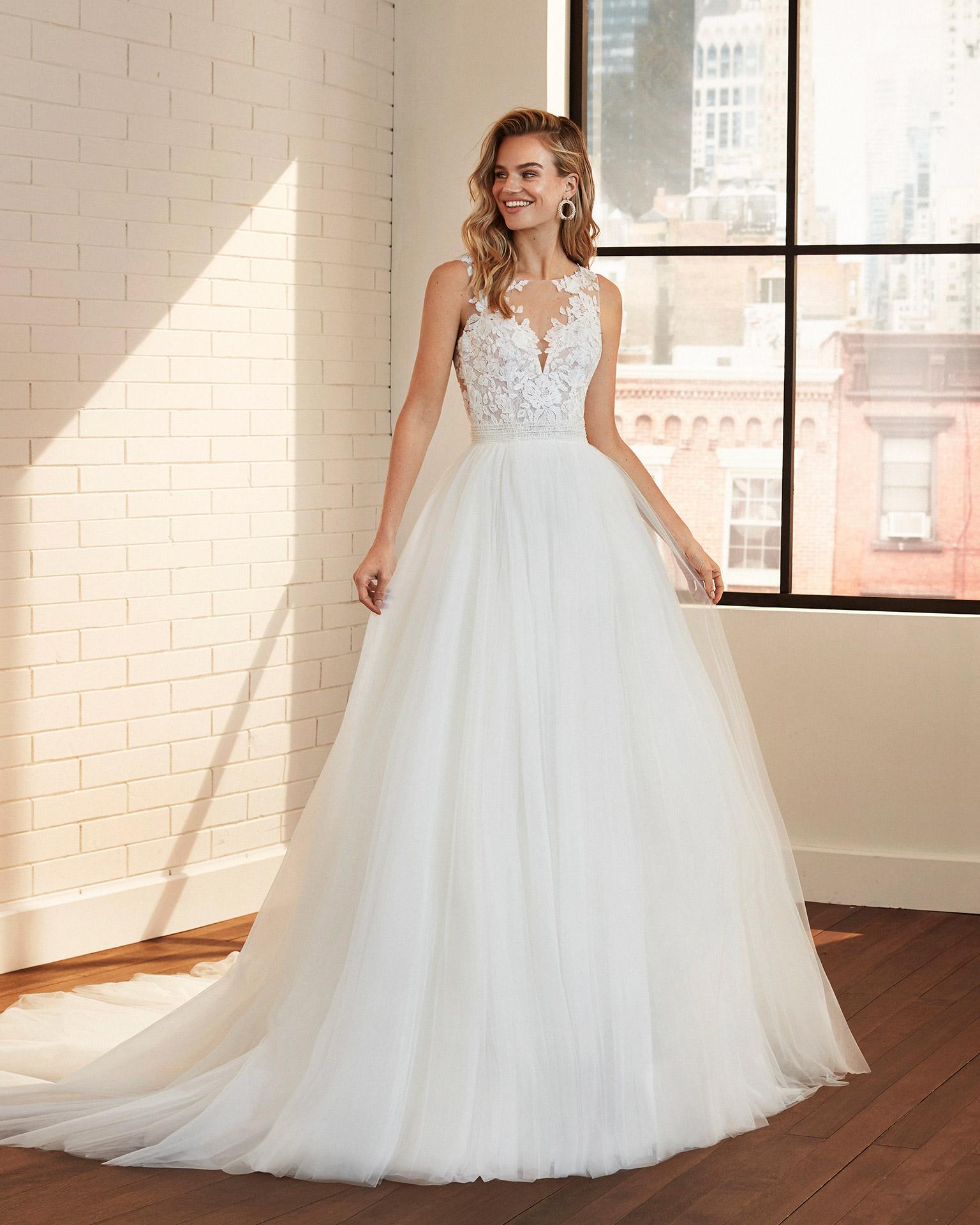 Vestido de novia estilo princesa de tul, encaje y cintura pedrería con escote y espalda de transparencias. Colección  2020.