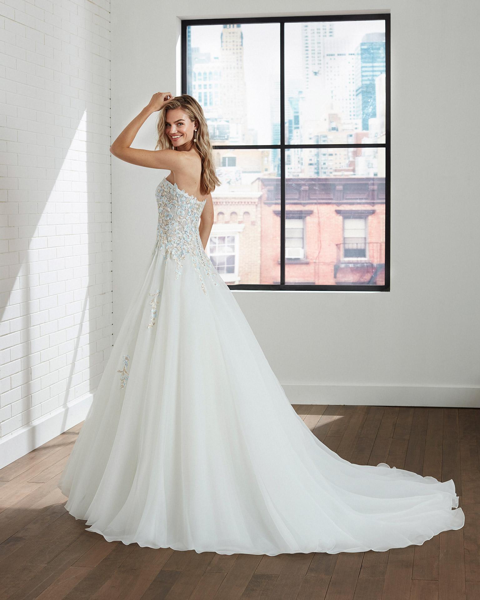 Vestido de novia estilo fantasía de garza y encaje, con escote palabra de honor. Colección  2020.