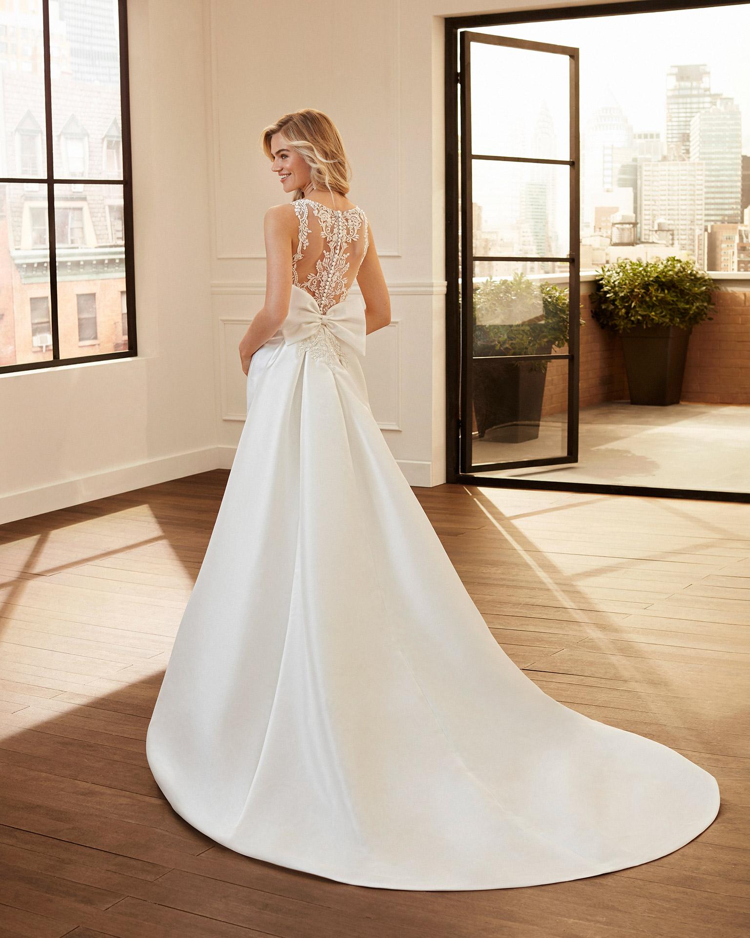 Vestido y cola de novia corte sirena de bari, encaje y pedrería escote barco y espalda con transparencias. Colección  2020.