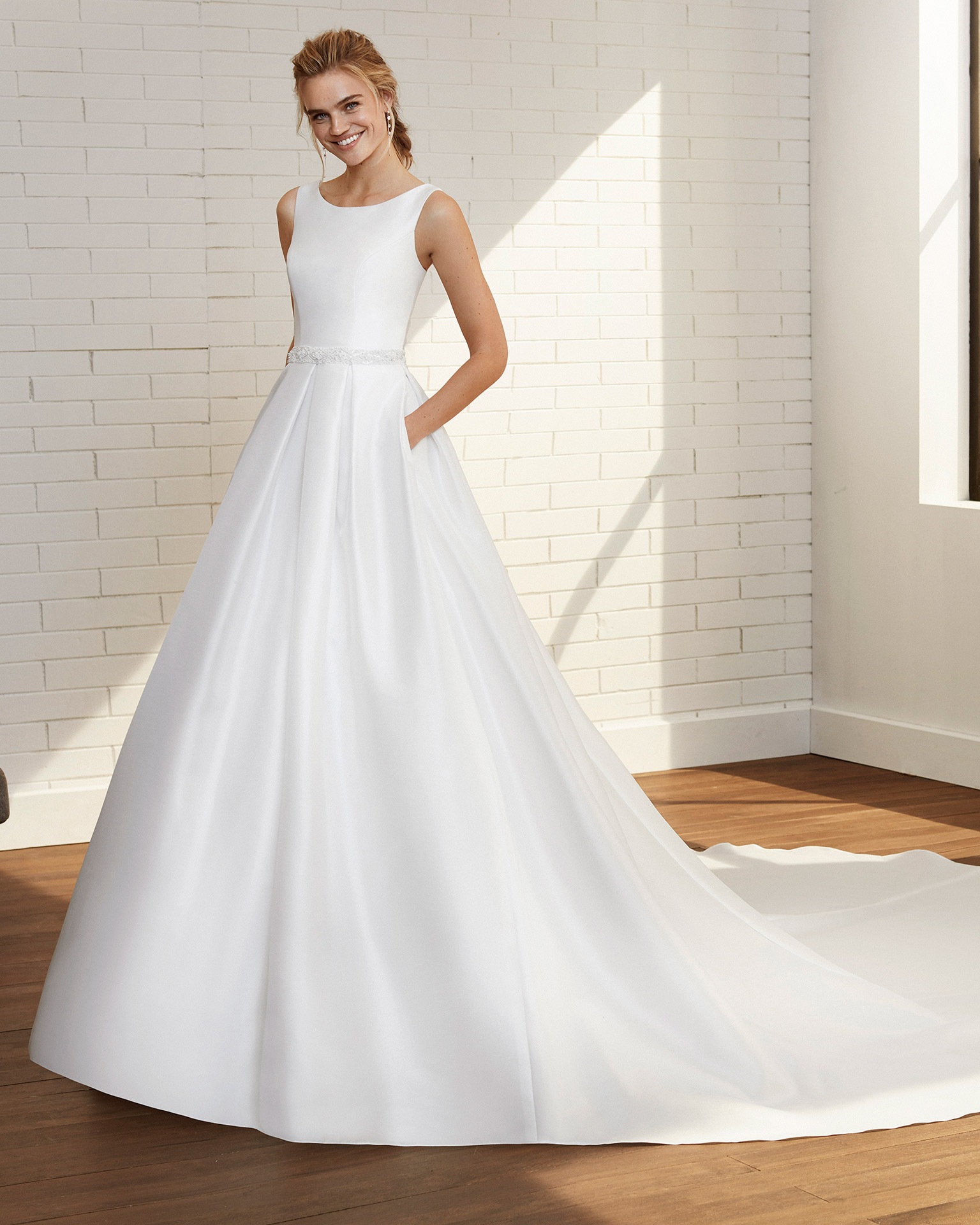 Vestido de novia estilo clásico de bari y pedrería, escote barco con espalda en V. Colección  2020.