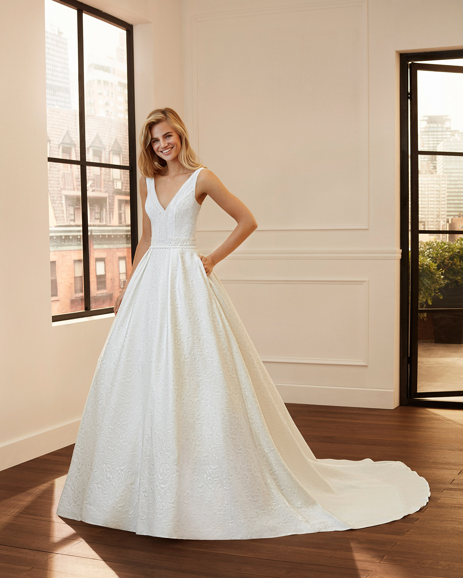 Vestido de novia estilo clásico de brocado, encaje y pedrería con escote y espalda en V. Colección  2020.