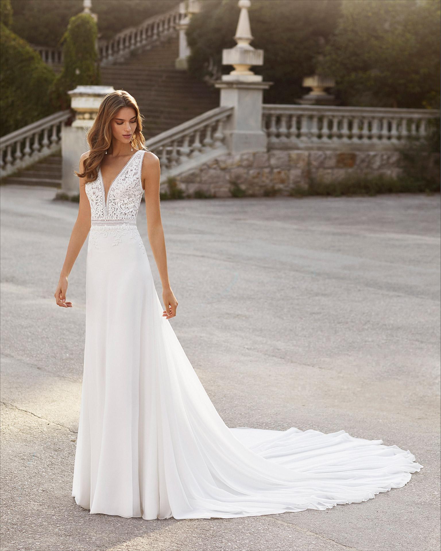 Vestido de novia corte evasé de gasa y encaje. Escote deep plunge y espalda en V. Colección  2021.