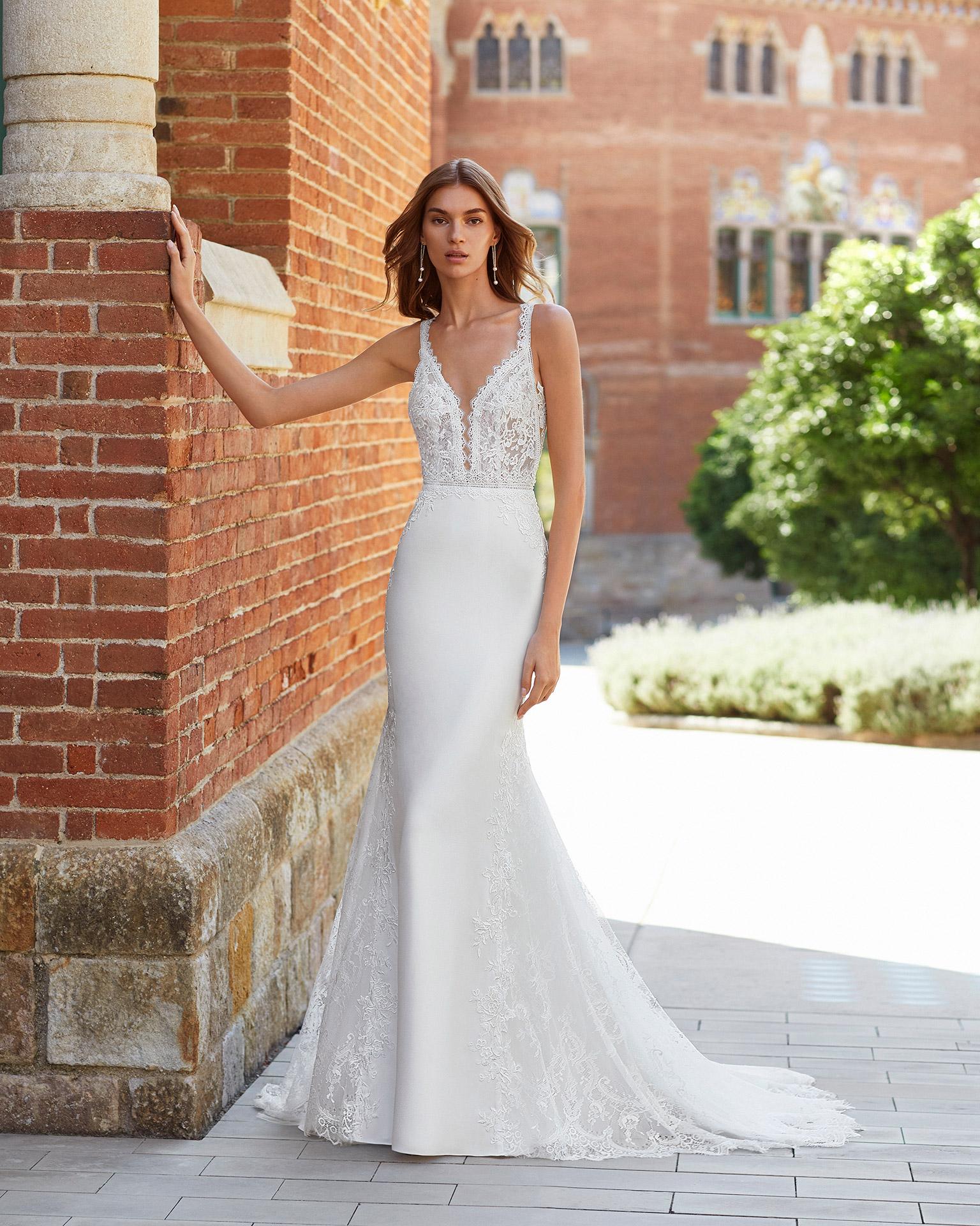 Vestido de novia corte sirena de crep elástico, encaje y pedrería. Escote deep plunge y espalda en V. Colección  2021.