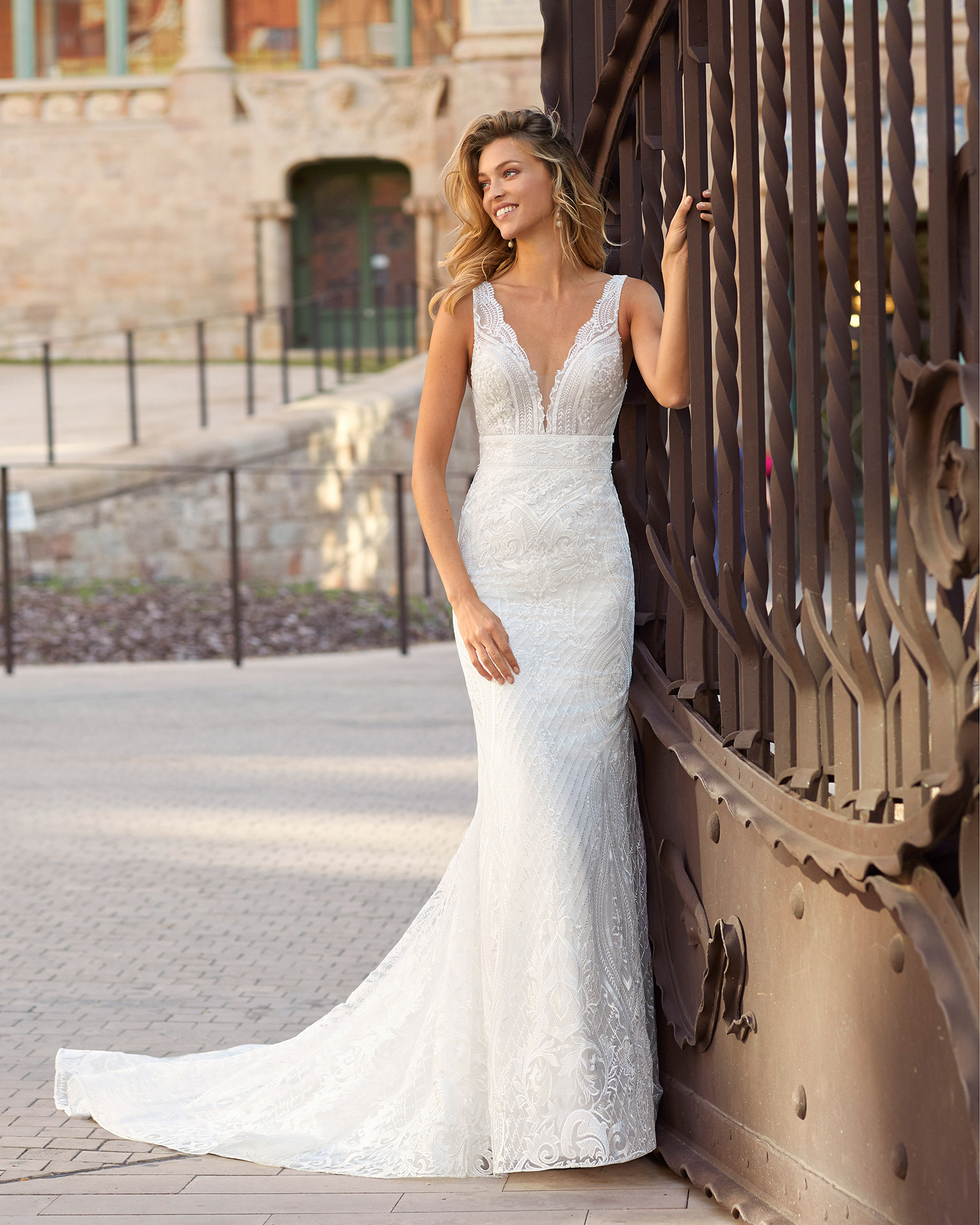 Mermaid-style lace wedding dress. Deep-plunge neckline and V-back. 2021  Collection.