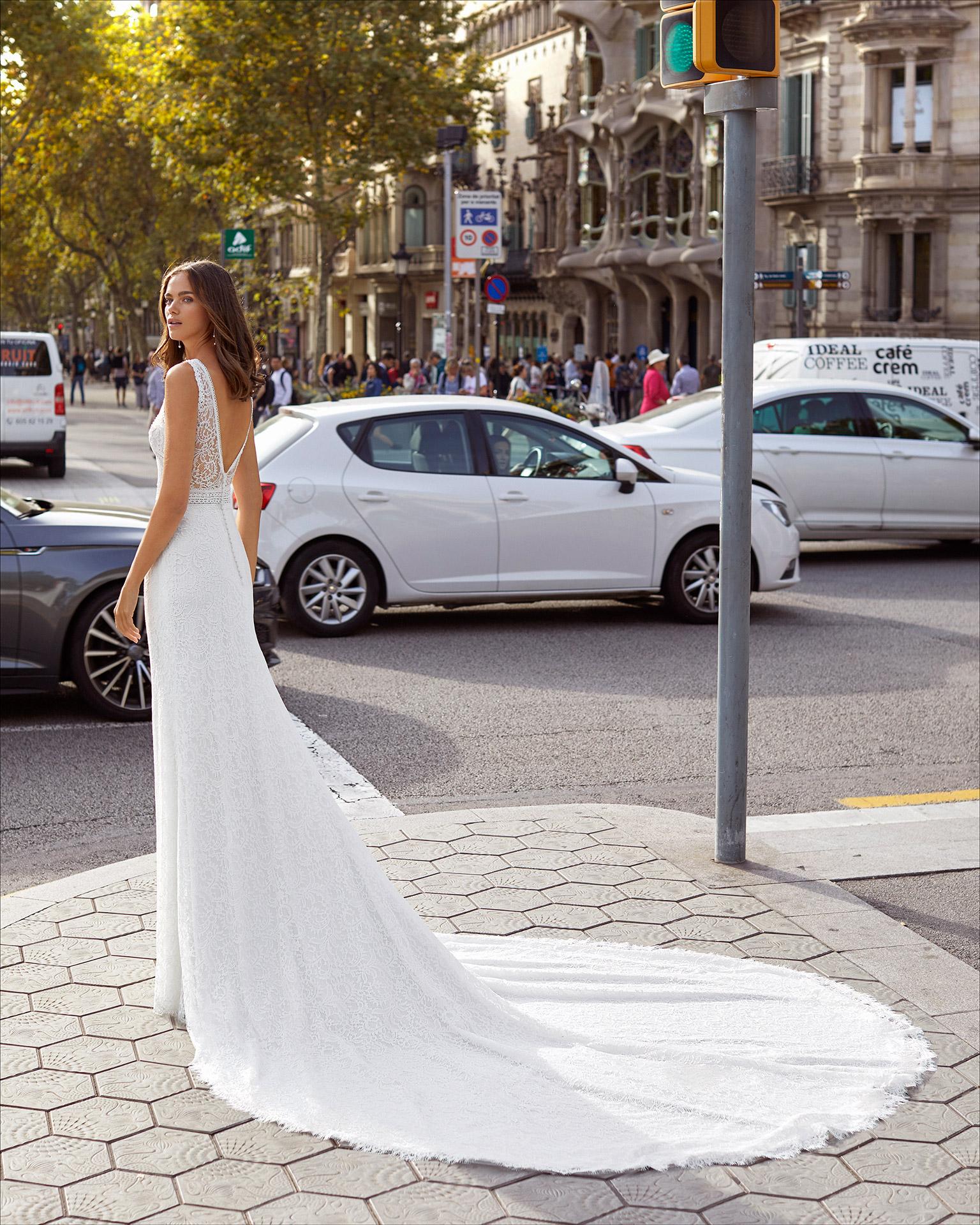Vestido de novia corte recto de encaje y pedrería. Escote barco con sobre escote corazón y espalda en V. Colección  2021.