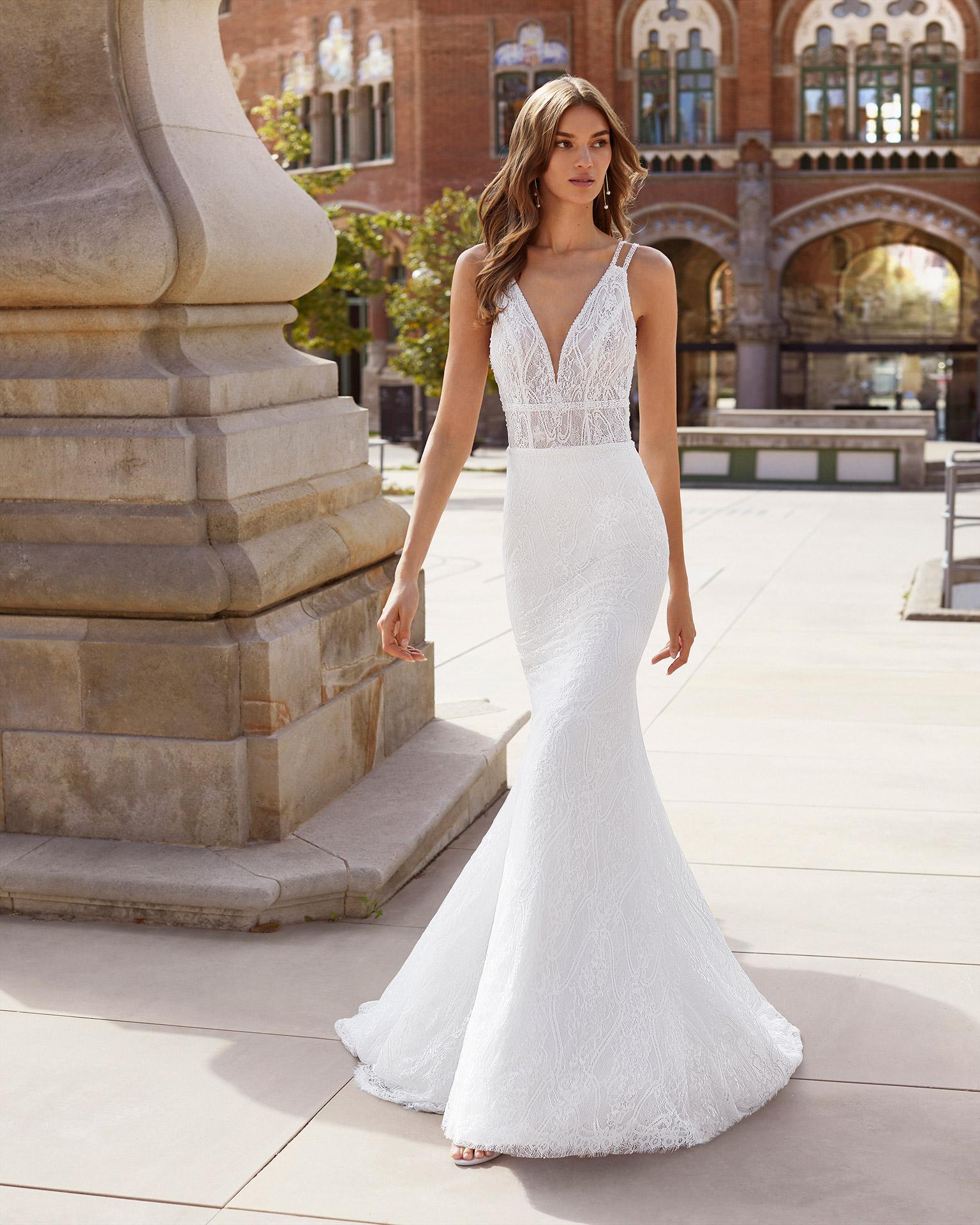 Vestido de novia corte recto de encaje y pedrería. Escote en V y espalda abierta con tirantes. Colección  2021.