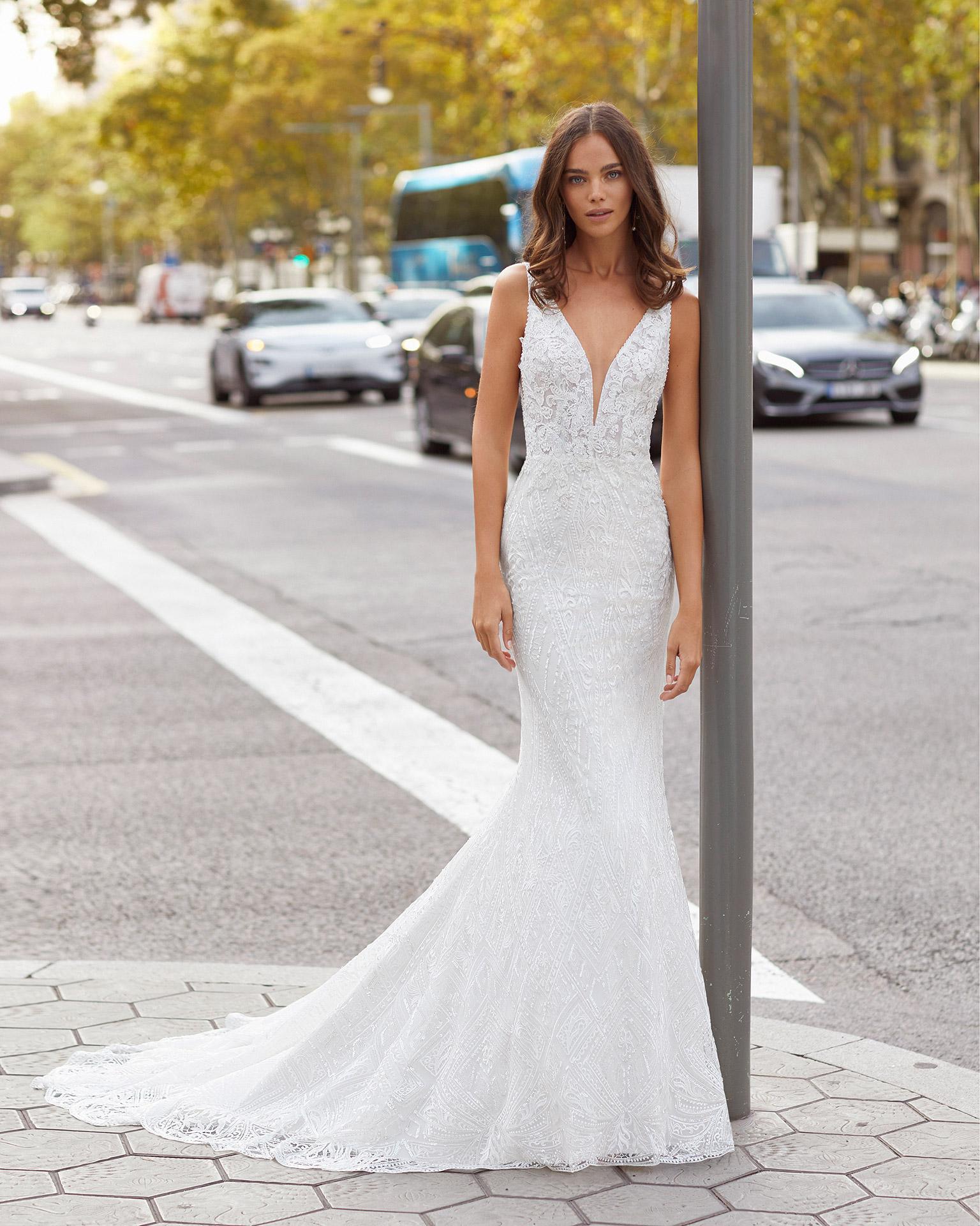 Vestido de novia corte sirena de encaje y pedrería. Escote deep plunge y espalda en V. Colección  2021.