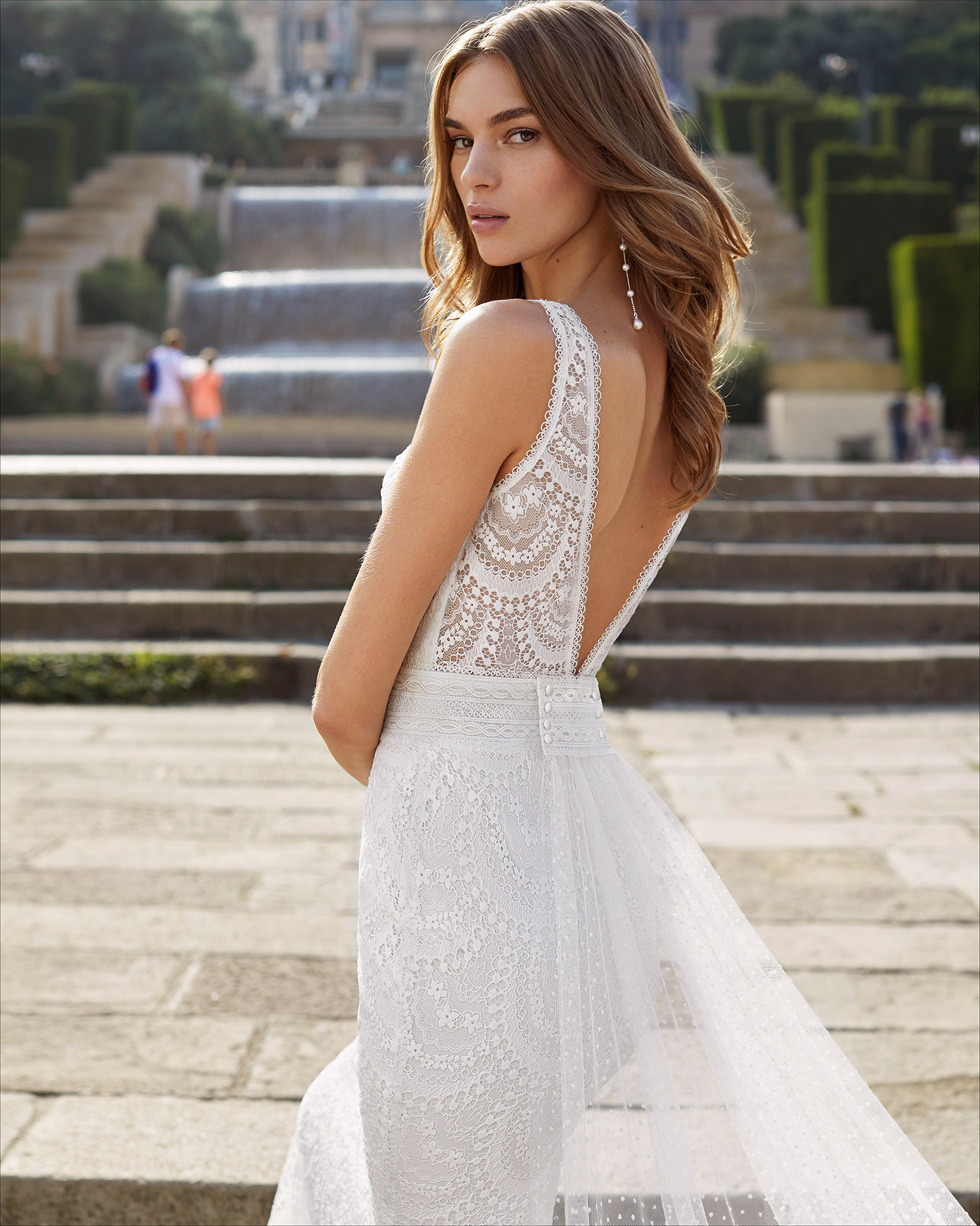 Mermaid-style wedding dress and train in lace, with dot tulle train. Deep-plunge neckline and V-back. 2021  Collection.