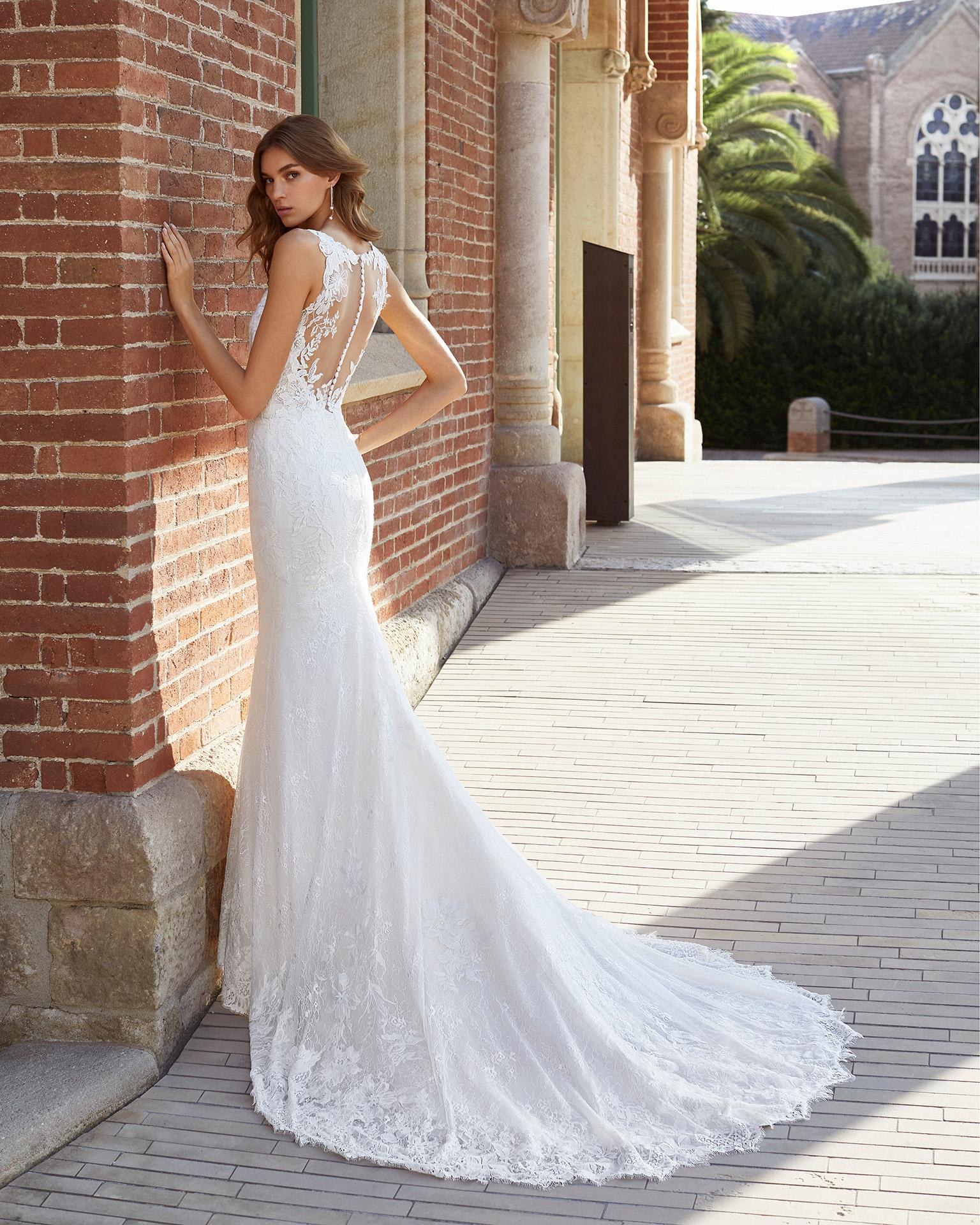 Vestido de novia corte recto de encaje y pedrería. Escote deep plunge y espalda transparente con aplicaciones. Colección  2021.