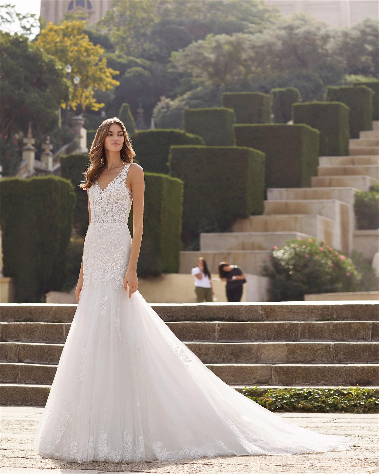 Vestido de novia corte sirena de tul, encaje y pedrería. Escote en V y espalda escotada. Colección  2021.